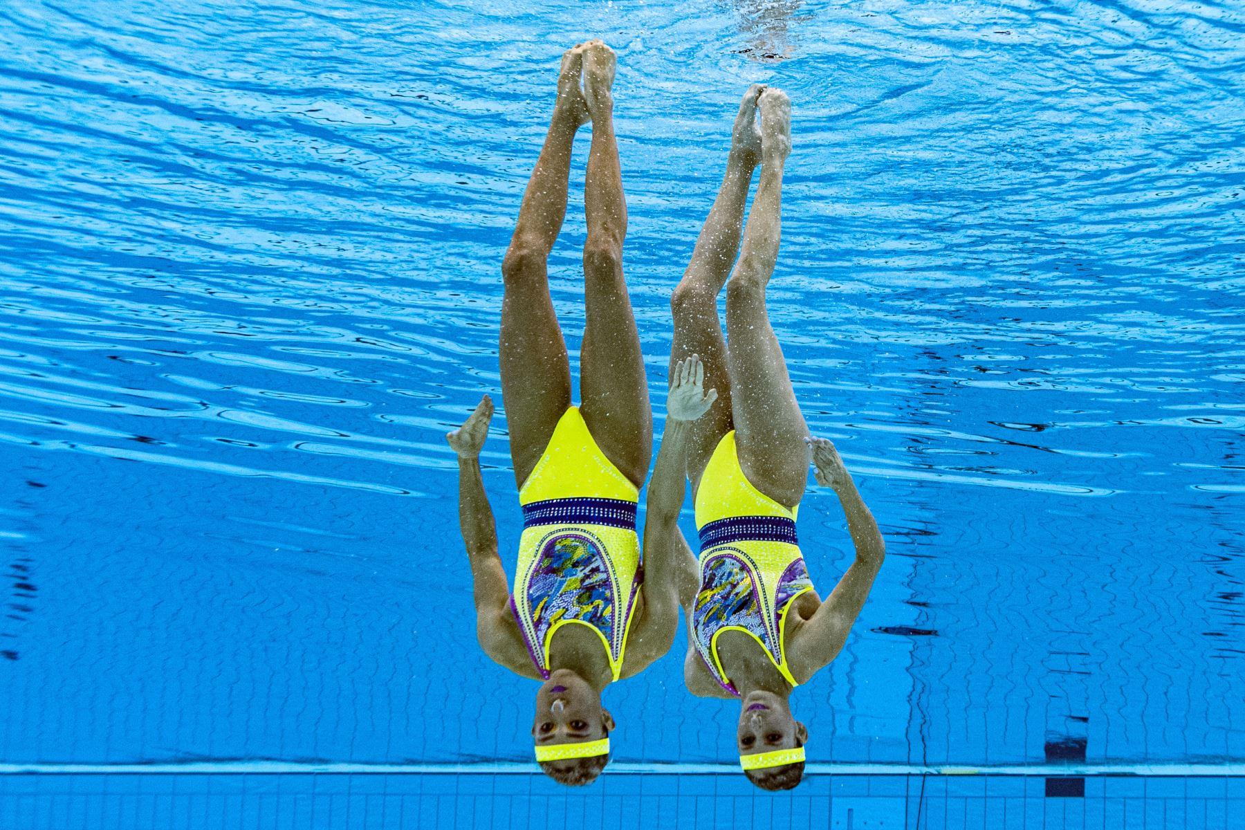 Una vista submarina muestra a la mexicana Nuria Diosdado García y la mexicana Joana Jiménez García mientras compiten en el evento de natación artística de rutina técnica de dúo femenino durante los Juegos Olímpicos de Tokio 2020.  Foto: AFP