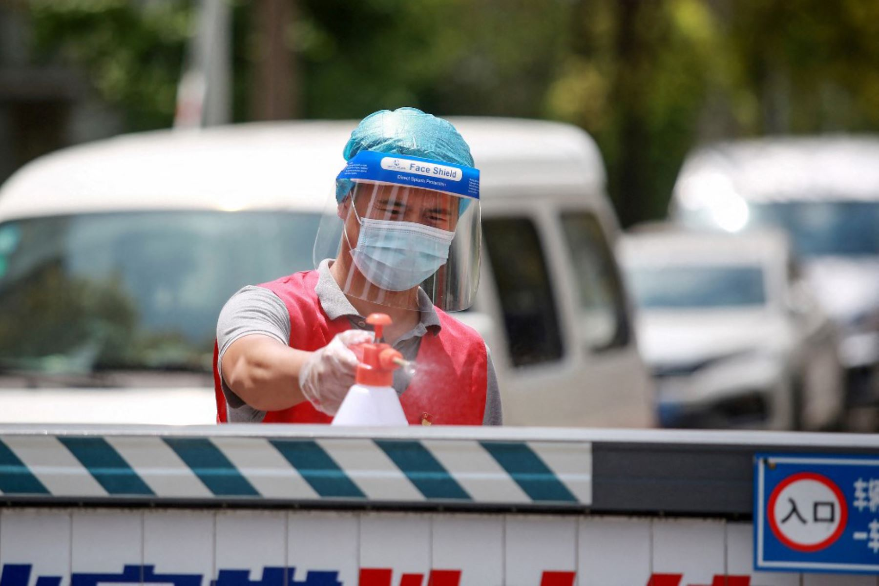 Un miembro del personal rocía desinfectante en un área residencial restringida debido al coronavirus Covid-19 en Yangzhou, en la provincia de Jiangsu, en el este de China  Foto:AFP