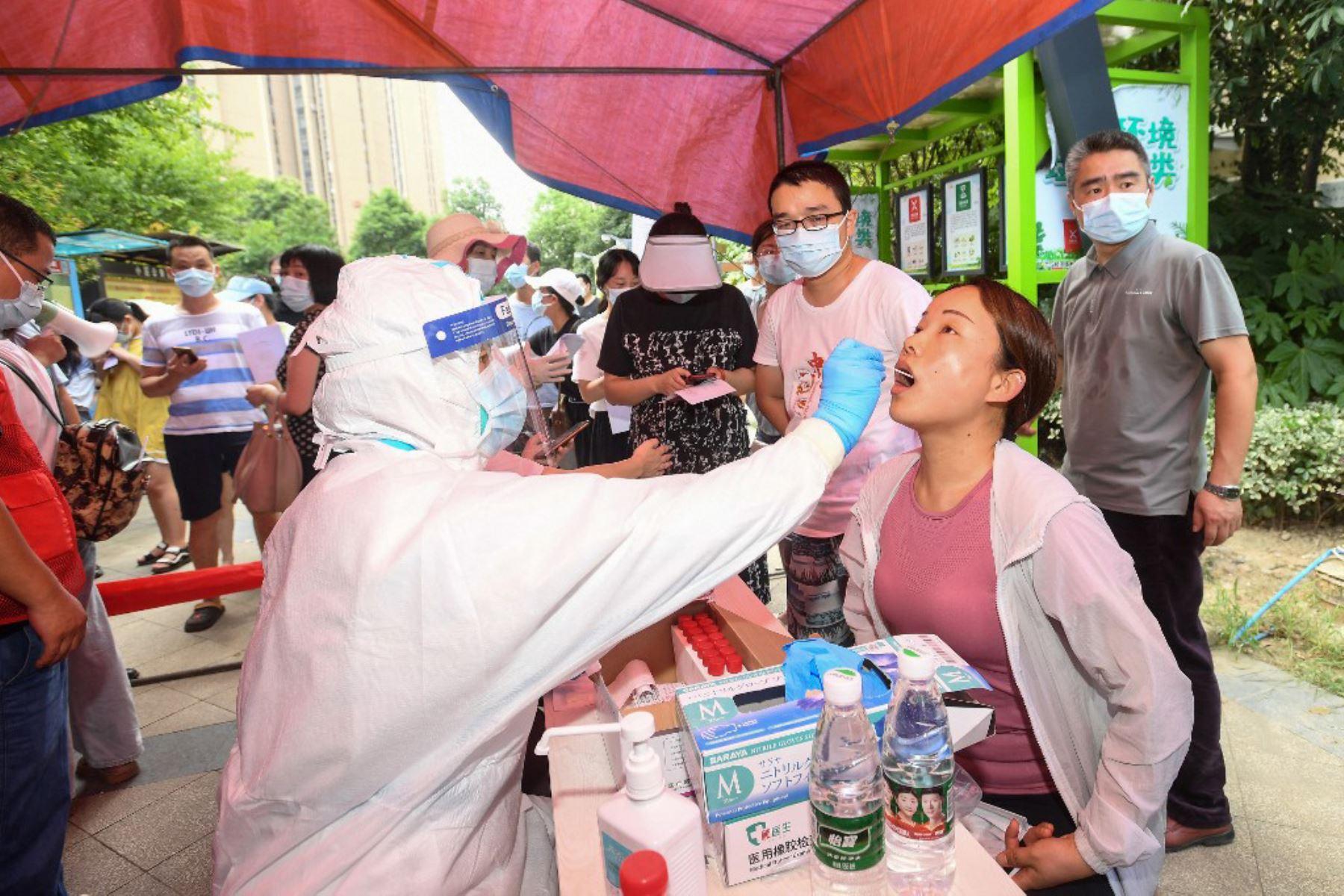 Una mujer se hace una prueba de ácido nucleico para el coronavirus en Wuhan, en la provincia central de Hubei, en China  Foto:AFP