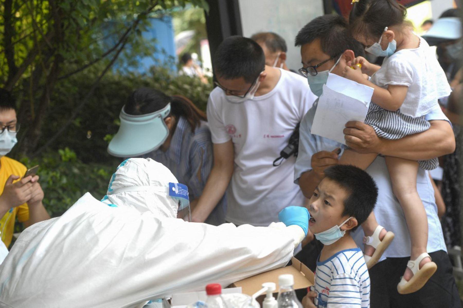 Un niño se hace una prueba de ácido nucleico para el coronavirus en Wuhan, en la provincia central de Hubei, en China  Foto:AFP