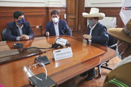 El Presidente Pedro Castillo, el Premier Guido Bellido y el ministro de Vivienda reciben una delegación de la provincia de Huancané, Puno en Palacio de Gobierno