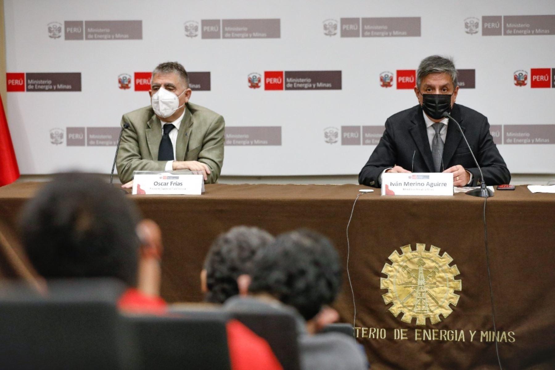 Ministro de Energía y Mina, Iván Merino (derecha) expone ante personal de su portafolio ministerial. Foto: Cortesía.