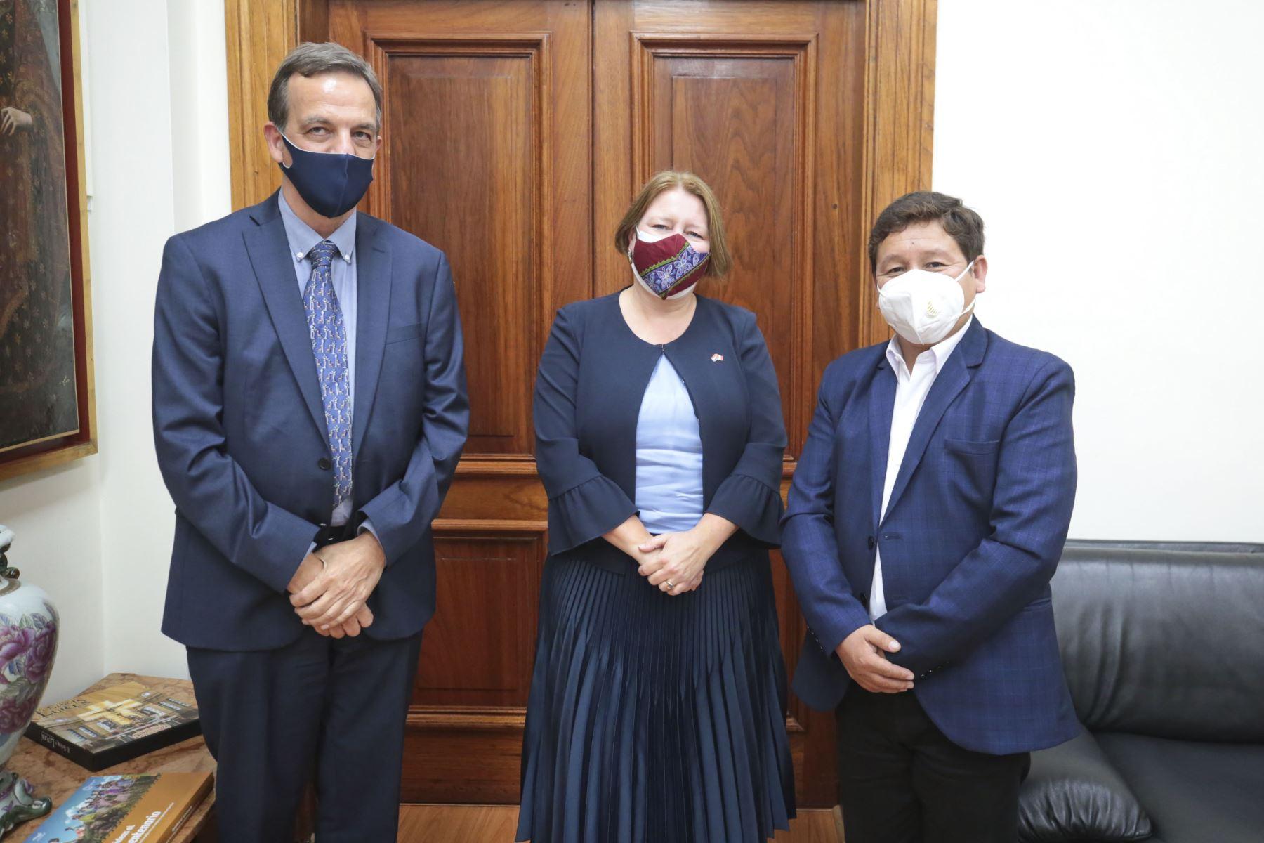 Presidente del Consejo de Ministros, Guido Bellido, se reúne con la embajadora del Reino de los Países Bajos, Nathalie Lintvelt y Jan-Willem Le Grand. Foto: PCM