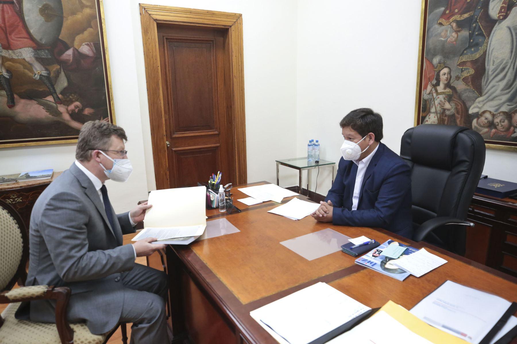 El presidente del Consejo de Ministros, Guido Bellido, se reúne con el Encargado de Negocios de la embajada de Ucrania, Rostyslav Yavorivskyi. Foto: PCM
