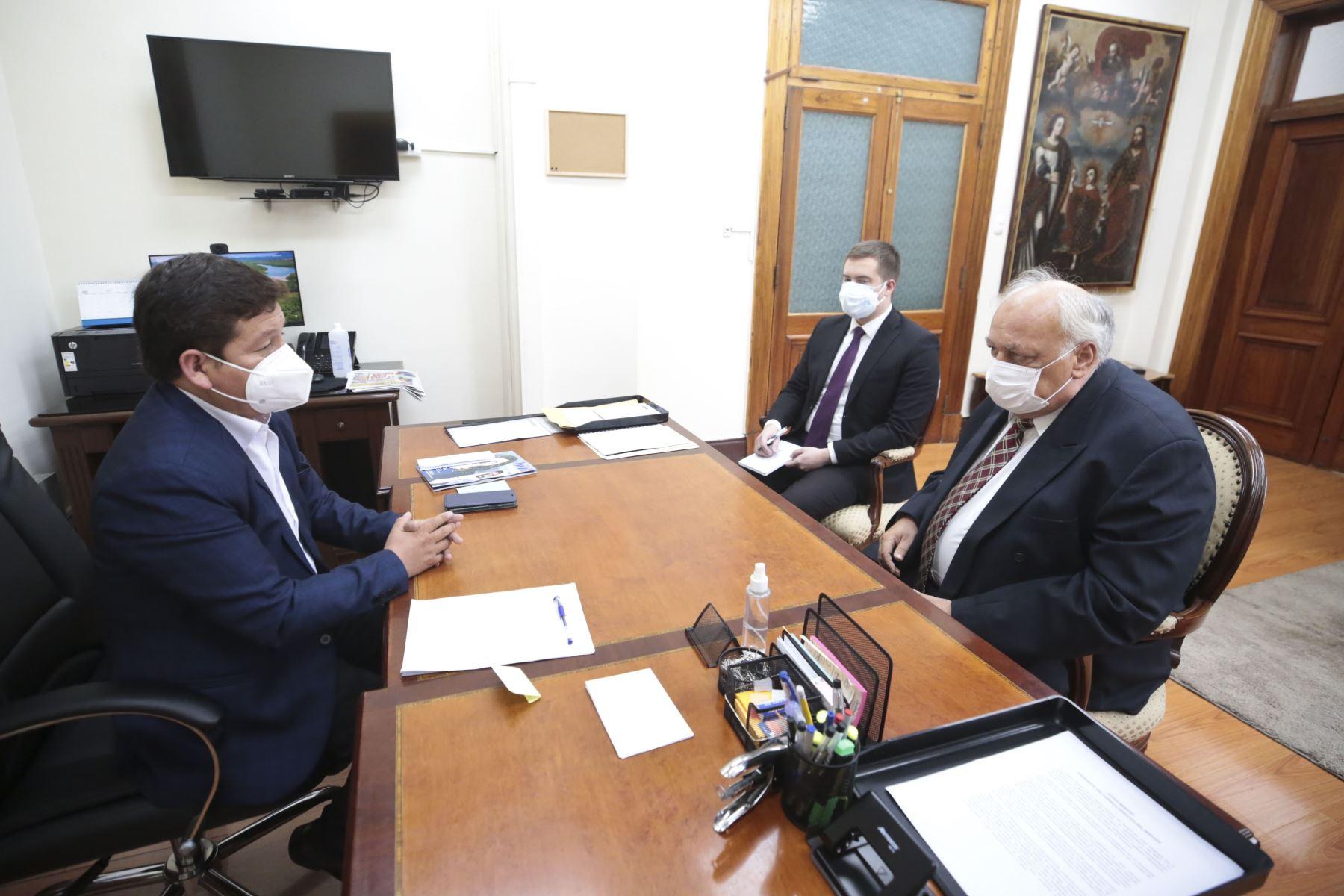 Presidente del Consejo de Ministros, Guido Bellido, se reúne con el embajador de Rusia, Igor V. Romanchénko. Foto: PCM