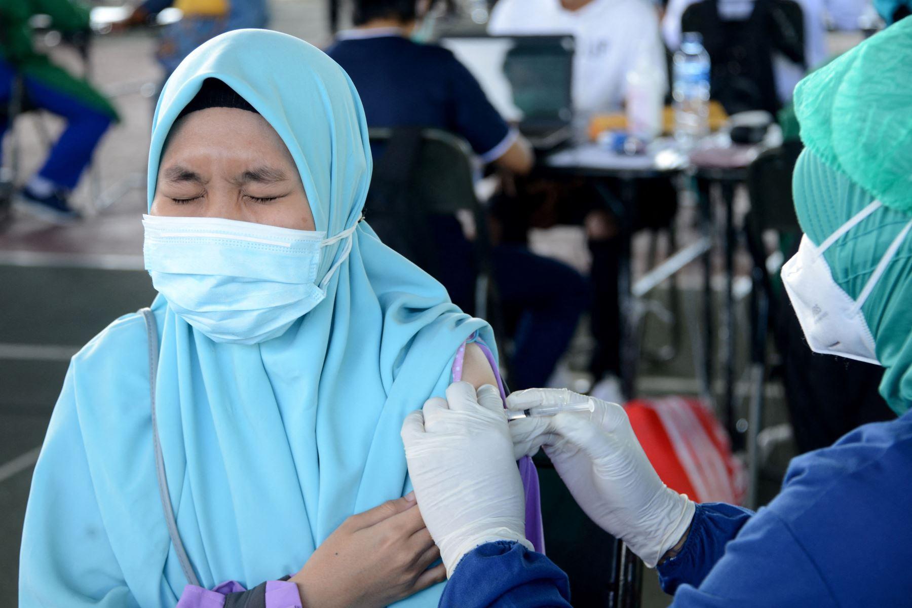Una mujer recibe la vacuna contra el coronavirus durante una vacunación masiva en el Comando Regional Militar Praja Raksaka Udayana en Denpasar, en la isla turística de Bali, Indonesia. Foto: AFP