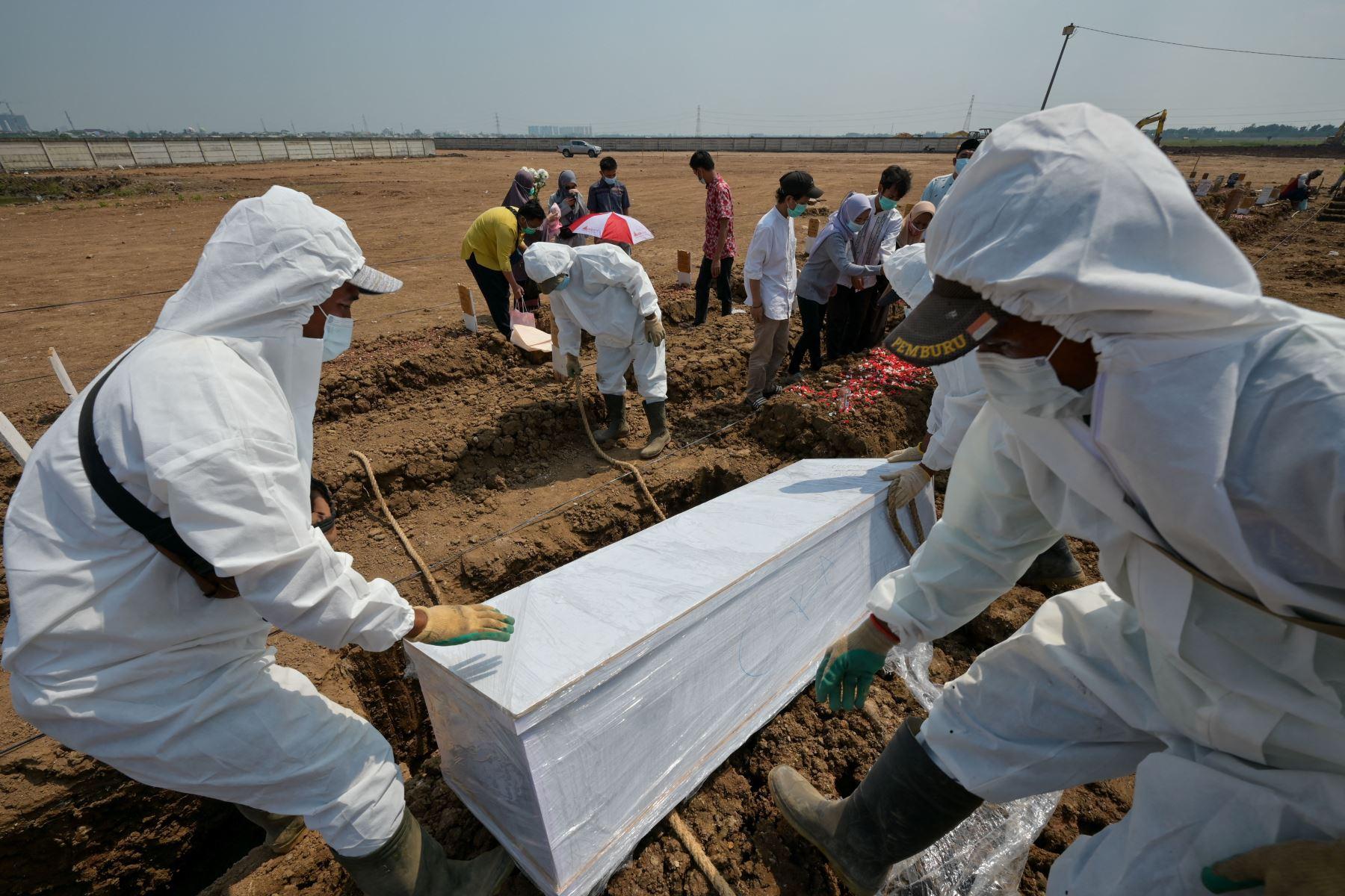 Los trabajadores funerarios entierran a una víctima del coronavirus Covid-19 en el cementerio de Rorotan en Yakarta. Foto: AFP