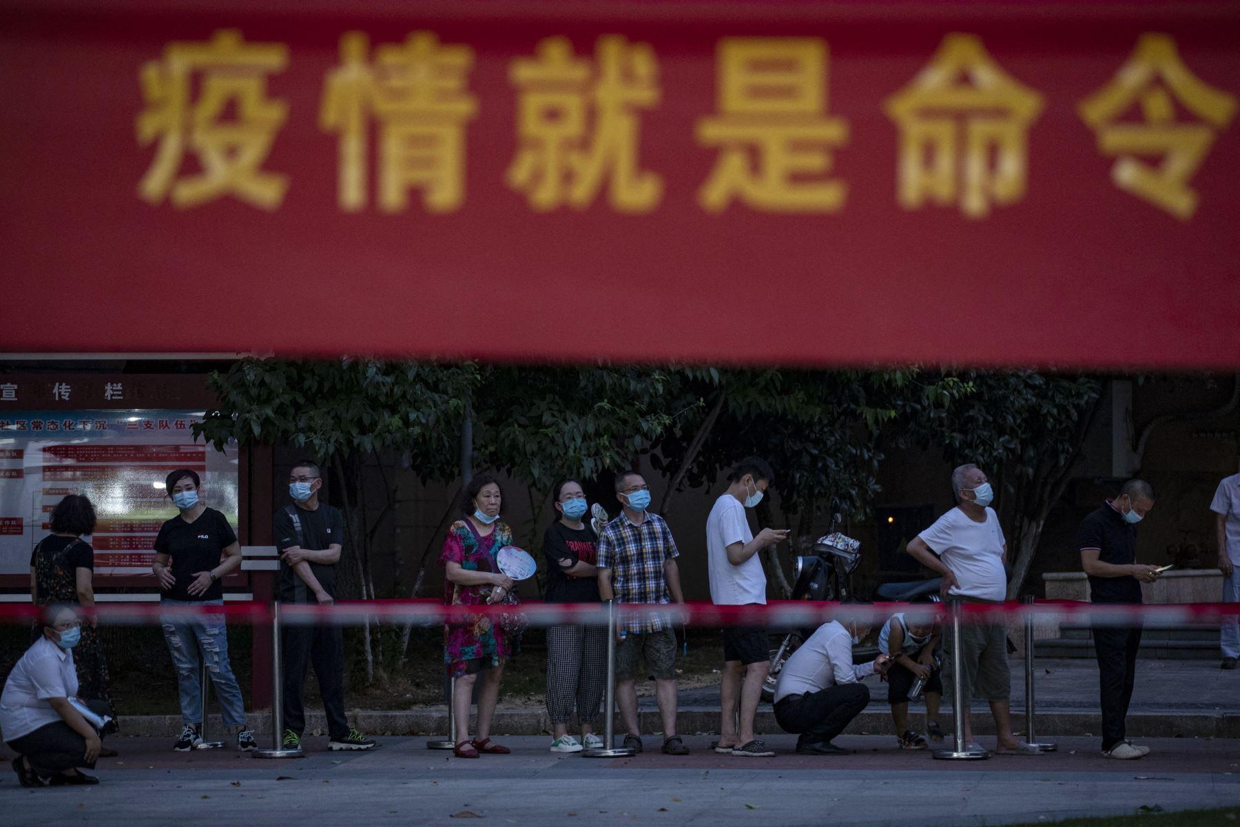 Muestra a los residentes haciendo cola para realizar la prueba del coronavirus en Wuhan, en la provincia central china de Hubei. Foto: AFP