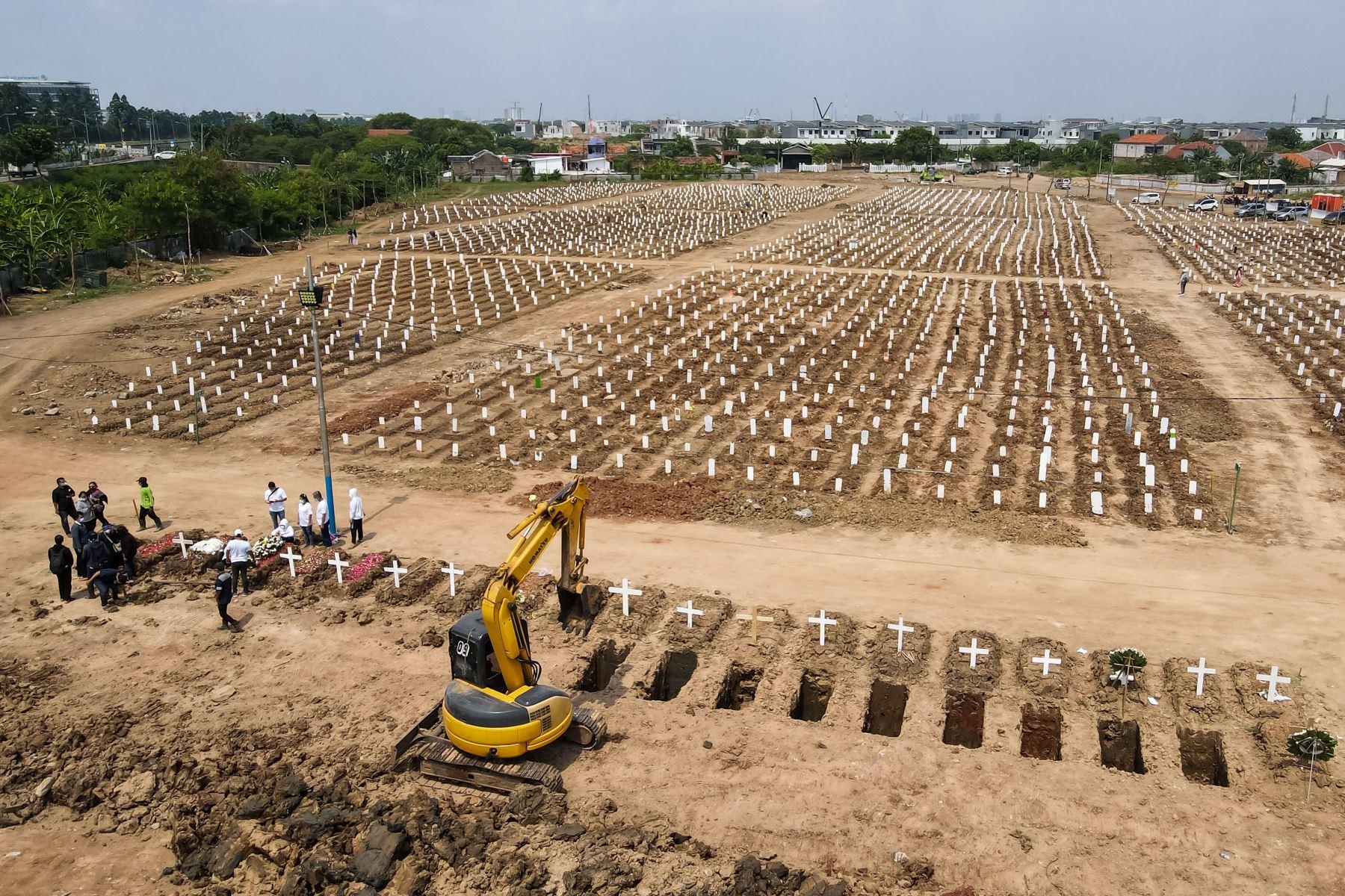 Muestra las tumbas de las víctimas del coronavirus en el cementerio de Rorotan en Yakarta. Foto: AFP