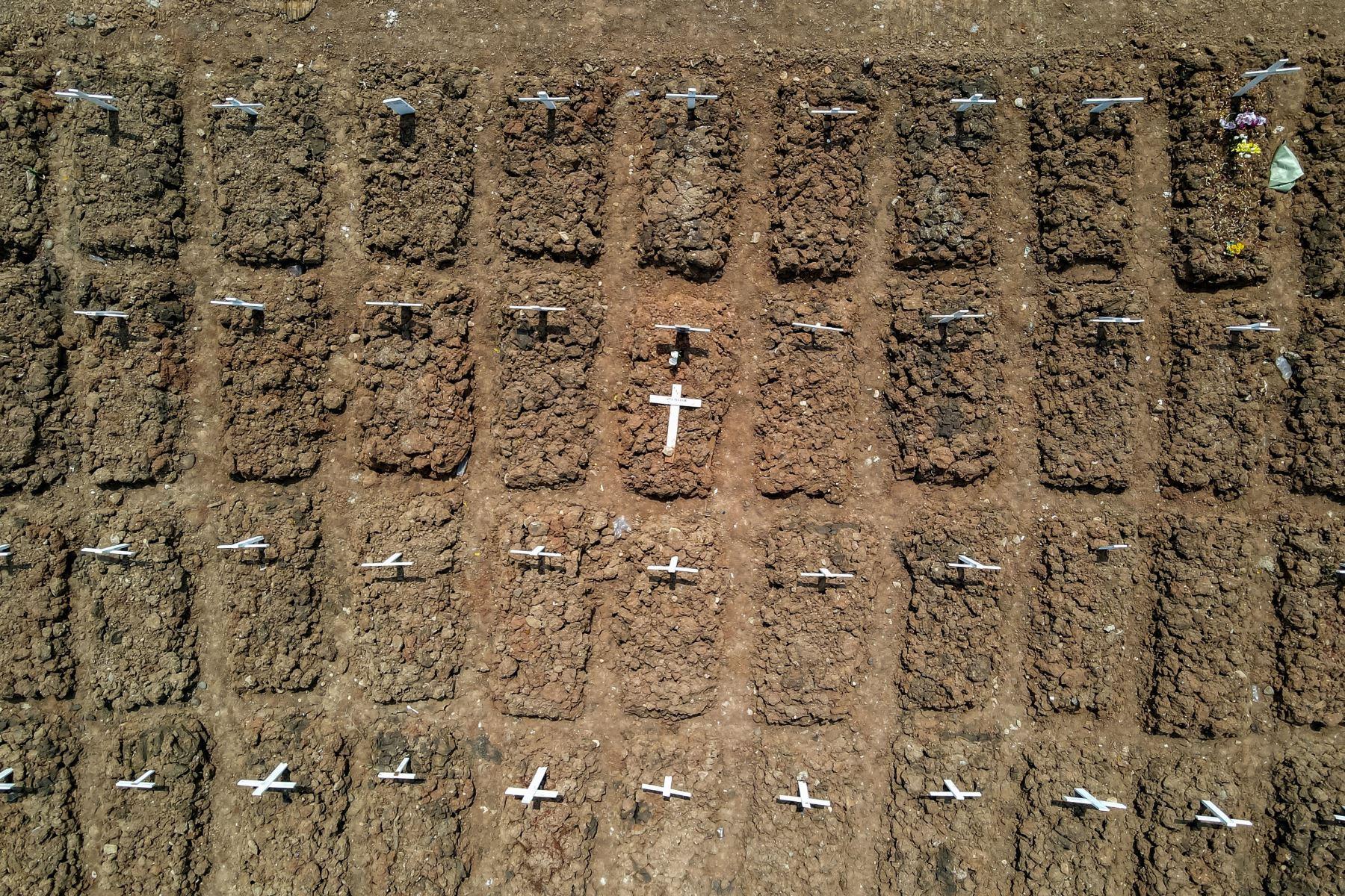 Muestra las tumbas de las víctimas del coronavirus en el cementerio de Rorotan, en Yakarta. Foto: AFP