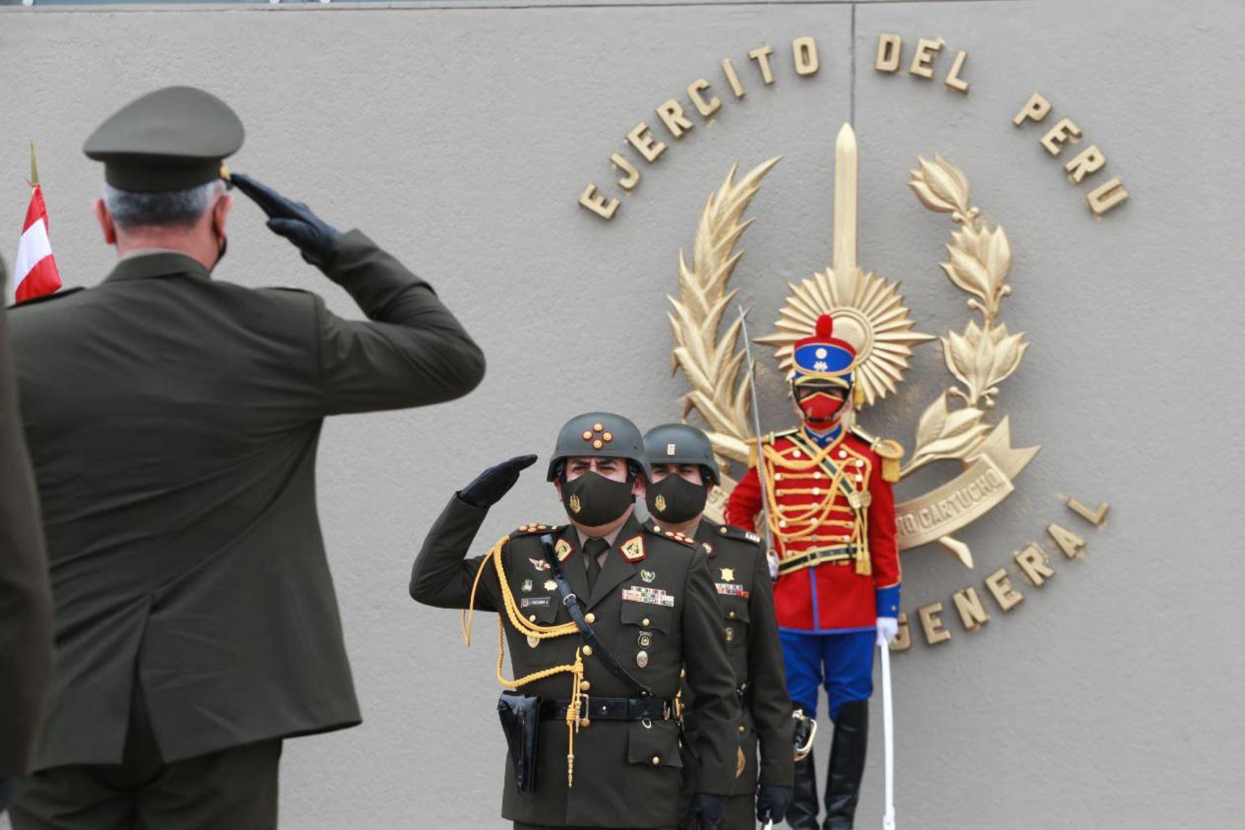 El general José Alberto Vizcarra Álvarez fue reconocido como Comandante General del Ejercito del Perú. La ceremonia se realizó en el Cuartel General del Ejército y fue encabezada por el ministro de Defensa, Walter Ayala. Foto: Mindef