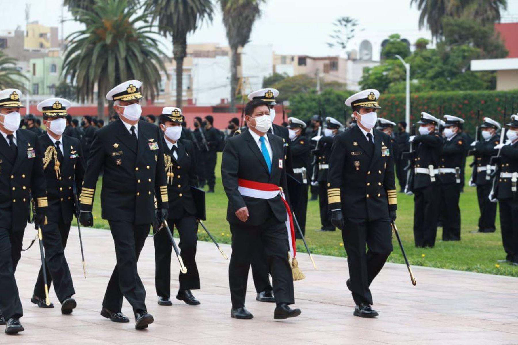 Almirante Alberto Alcalá Luna es reconocido como nuevo Comandante General de la Marina de Guerra del Perú. Desde la Escuela Naval del Perú, el ministro Walter Ayala presidió la Ceremonia de Asunción de Mando y Pase al Retiro del Comandante General Saliente y señores Vicealmirantes. Foto : Mindef