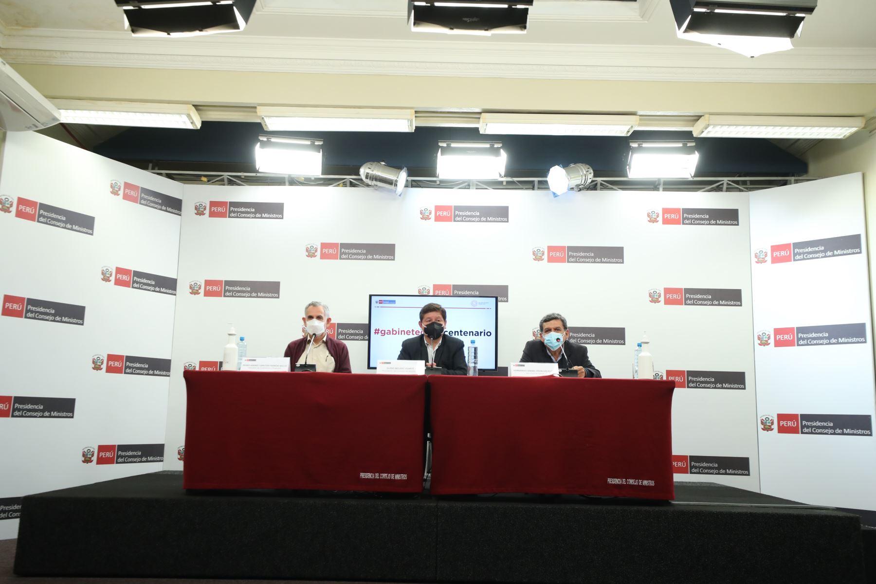 Guido Bellido, presidente del consejo de ministros, Pedro Francke, ministro de Economía, Hernando Cevallos, ministro de salud en conferencia de prensa desde PCM. Foto: ANDINA/PCM