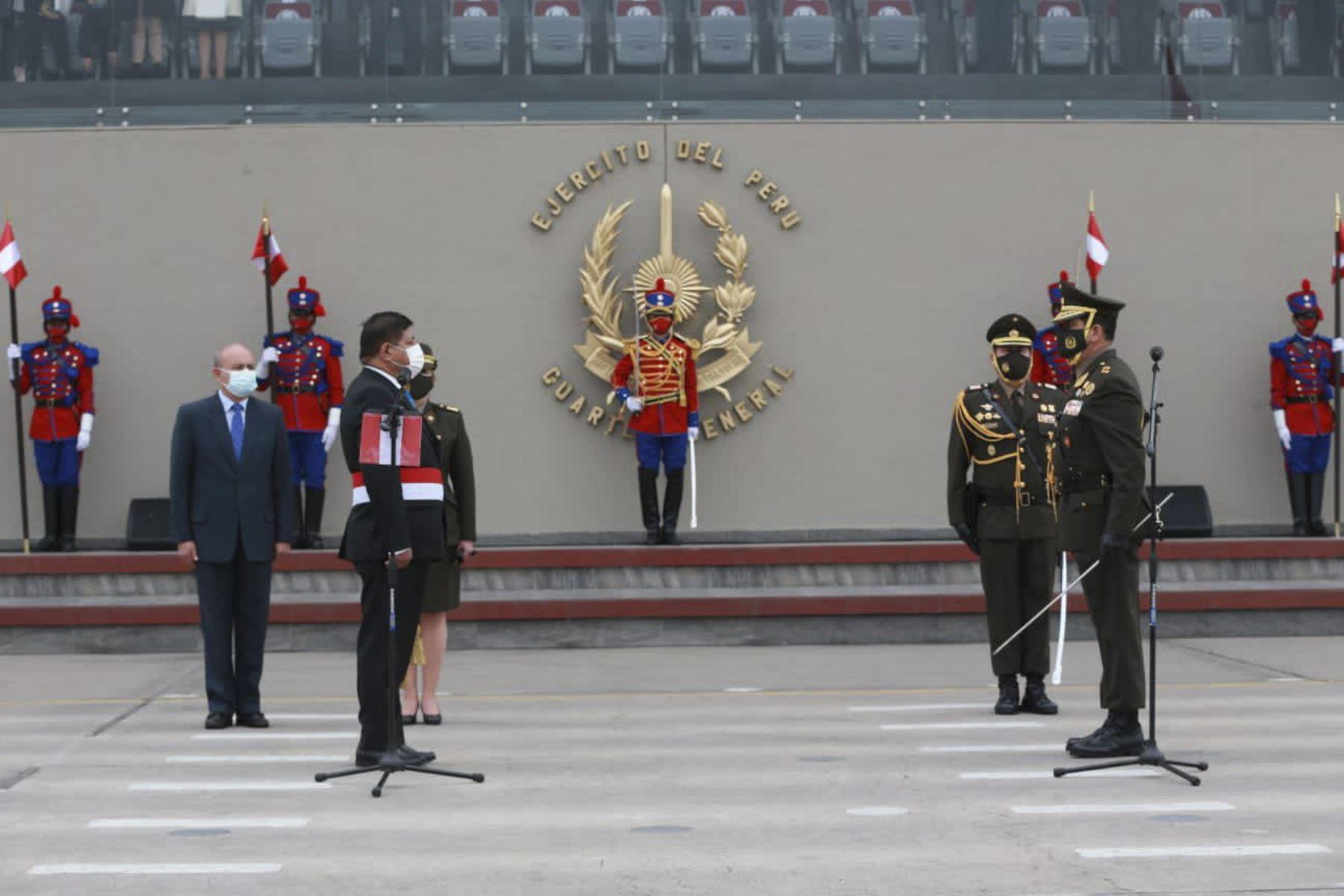 El general Manuel Gómez de la Torre Araníbar es reconocido como el nuevo Jefe del Comando Conjunto de las Fuerzas Armadas. Lidera la ceremonia el ministro de Defensa, Walter Ayala, en el Cuartel General del Ejército. Foto: ANDINA/Mindef