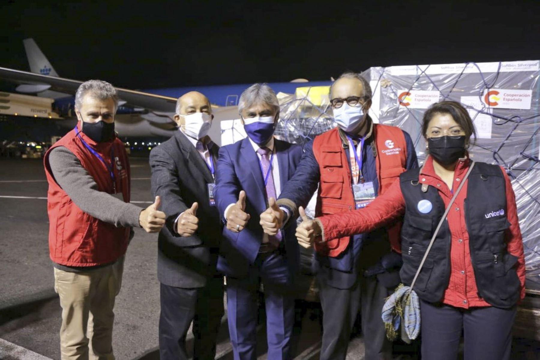 Esta noche, un nuevo lote de 101 760 vacunas contra la Covid-19 llegó al país para continuar con el proceso de vacunación en todo el territorio peruano. El viceministro de Prestaciones y Aseguramiento en Salud, Bernardo Ostos; el ministro consejero de la Embajada de España, Gonzalo Quintero; la representante adjunta de UNICEF, Laura Salamanca; y el Dr. Julio Castro, del equipo de gestión del MINSA, supervisaron la llegada. Las dosis de AstraZeneca fueron donadas por España a través de Covax Facility para reforzar la protección de la población. Foto: ANDINA/Minsa