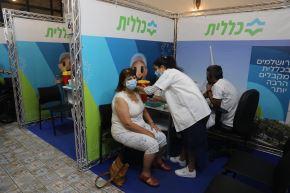 Israel anima a recibir la tercera dosis pese a la petición de moratoria de la OMS.