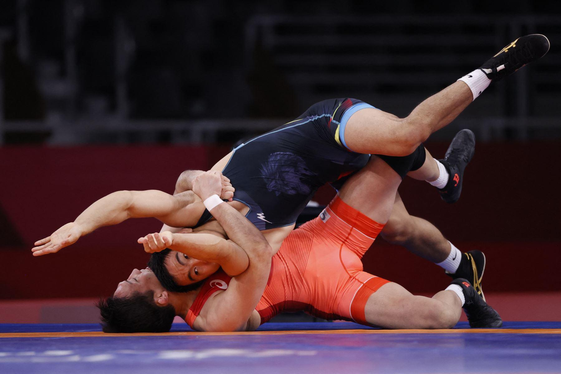 El japonés Keisuke Otoguro lucha contra el kazajo Daniyar Kaisanov, en su combate de 74 kg de estilo libre masculino durante la ronda temprana durante los Juegos Olímpicos de Tokio 2020. FOTO: AFP