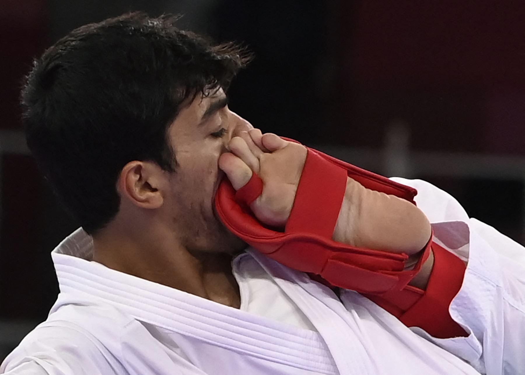 Abdel Rahman Almasatfa de Jordania compite contra Steven Da Costa de Francia, en la ronda eliminatoria de kumite -67 kg de hombres de la competencia de kárate durante los Juegos Olímpicos de Tokio 2020.FOTO: AFP