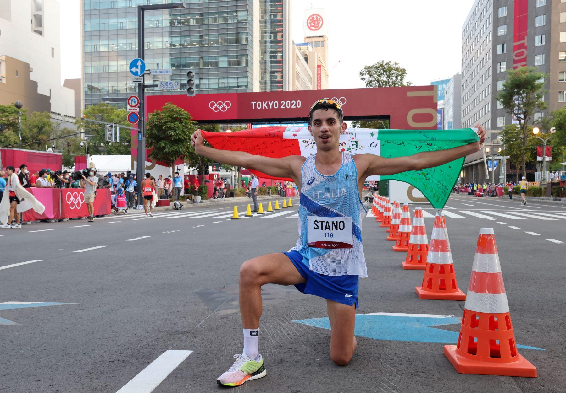 Massimo Stano de Italia celebra después de ganar la final masculina de 20 km a pie durante los Juegos Olímpicos de Tokio 2020 en el Parque Sapporo Odori. Foto:AFP