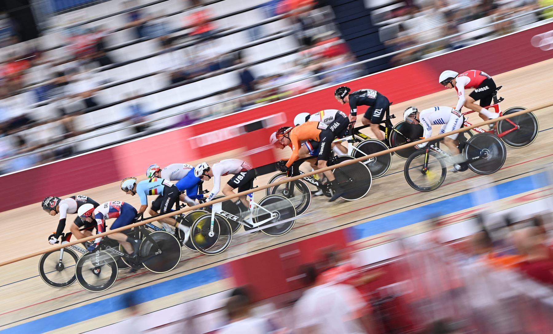 Los ciclistas compiten en la carrera de eliminación omnium de ciclismo en pista masculino durante los Juegos Olímpicos de Tokio 2020 en el Velódromo de Izu. Foto:AFP