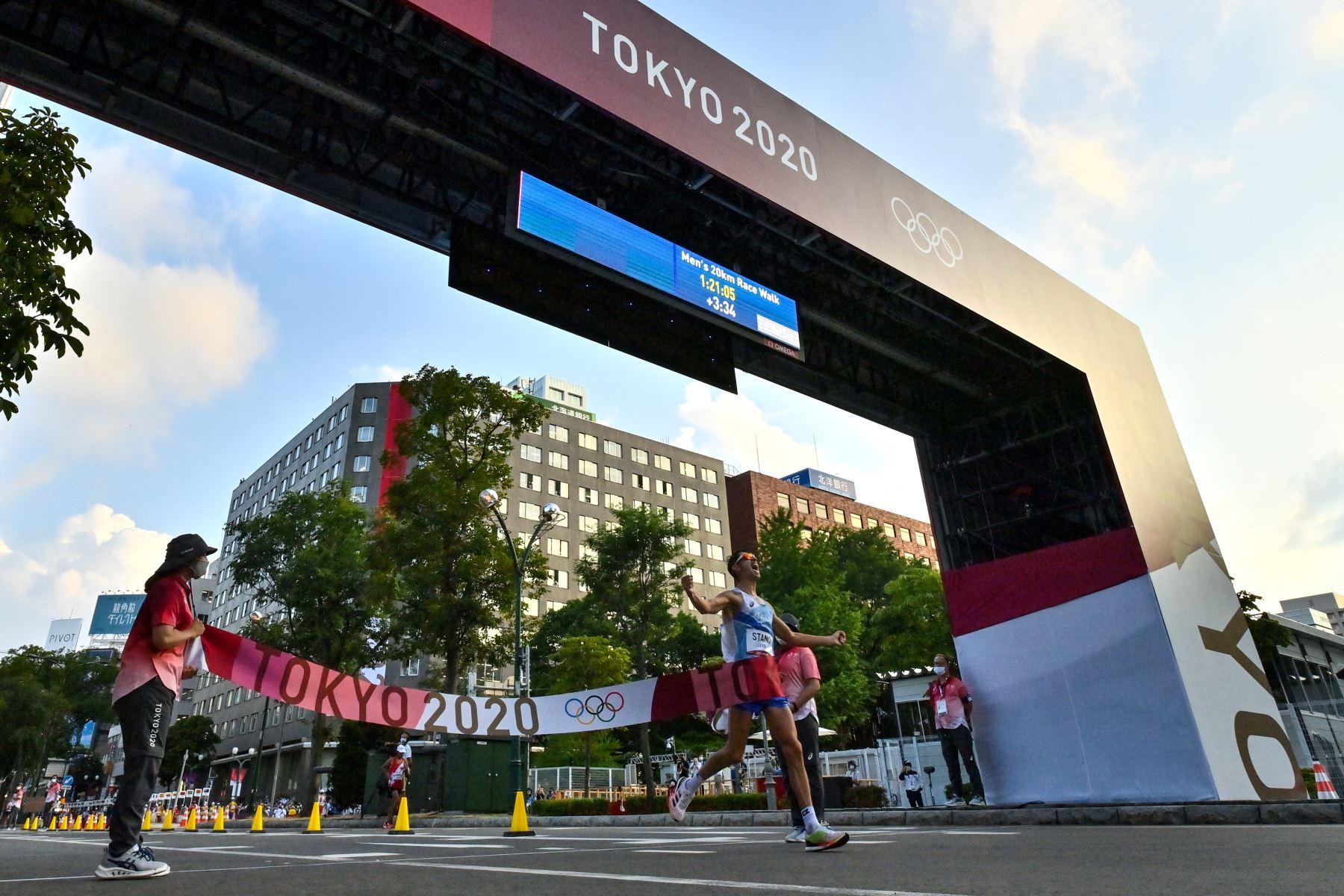 Massimo Stano de Italia gana la final masculina de 20 km a pie durante los Juegos Olímpicos de Tokio 2020 en el Parque Sapporo Odori.Foto: AFP