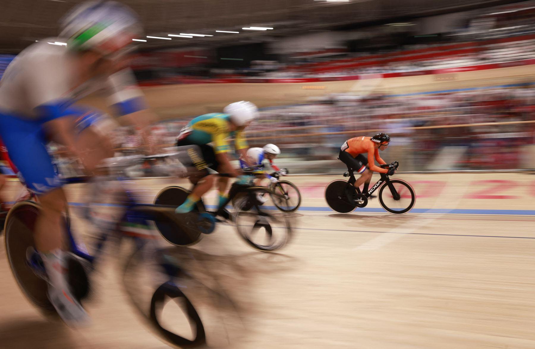 El holandés Jan Willem Van Schip compite en la carrera de puntos omnium de ciclismo, en pista masculino durante los Juegos Olímpicos de Tokio 2020 en el Velódromo de Izu.Foto:AFP
