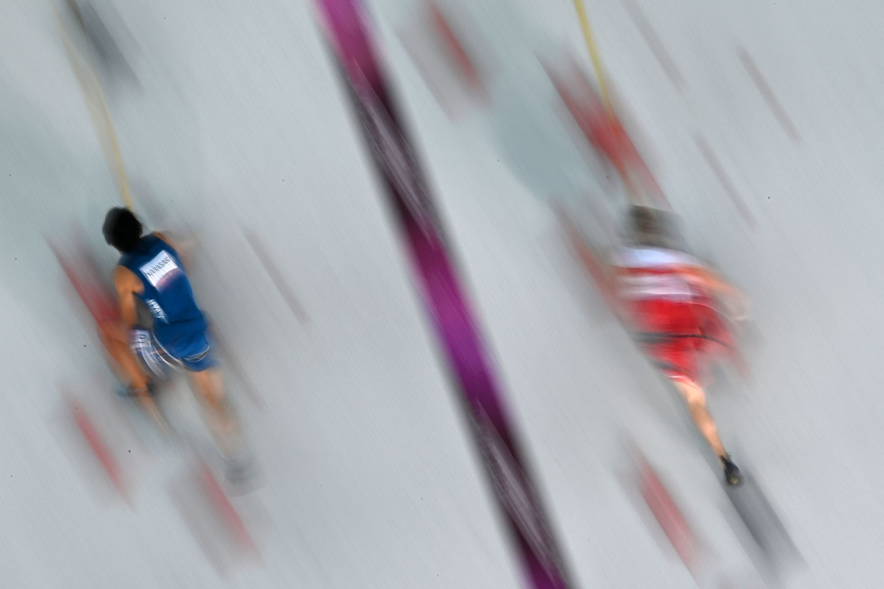 El japonés Tomoa Narasaki compite con el austriaco Jakob Schubert en los cuartos de final de velocidad de escalada deportiva masculina durante los Juegos Olímpicos de Tokio 2020.Foto: AFP