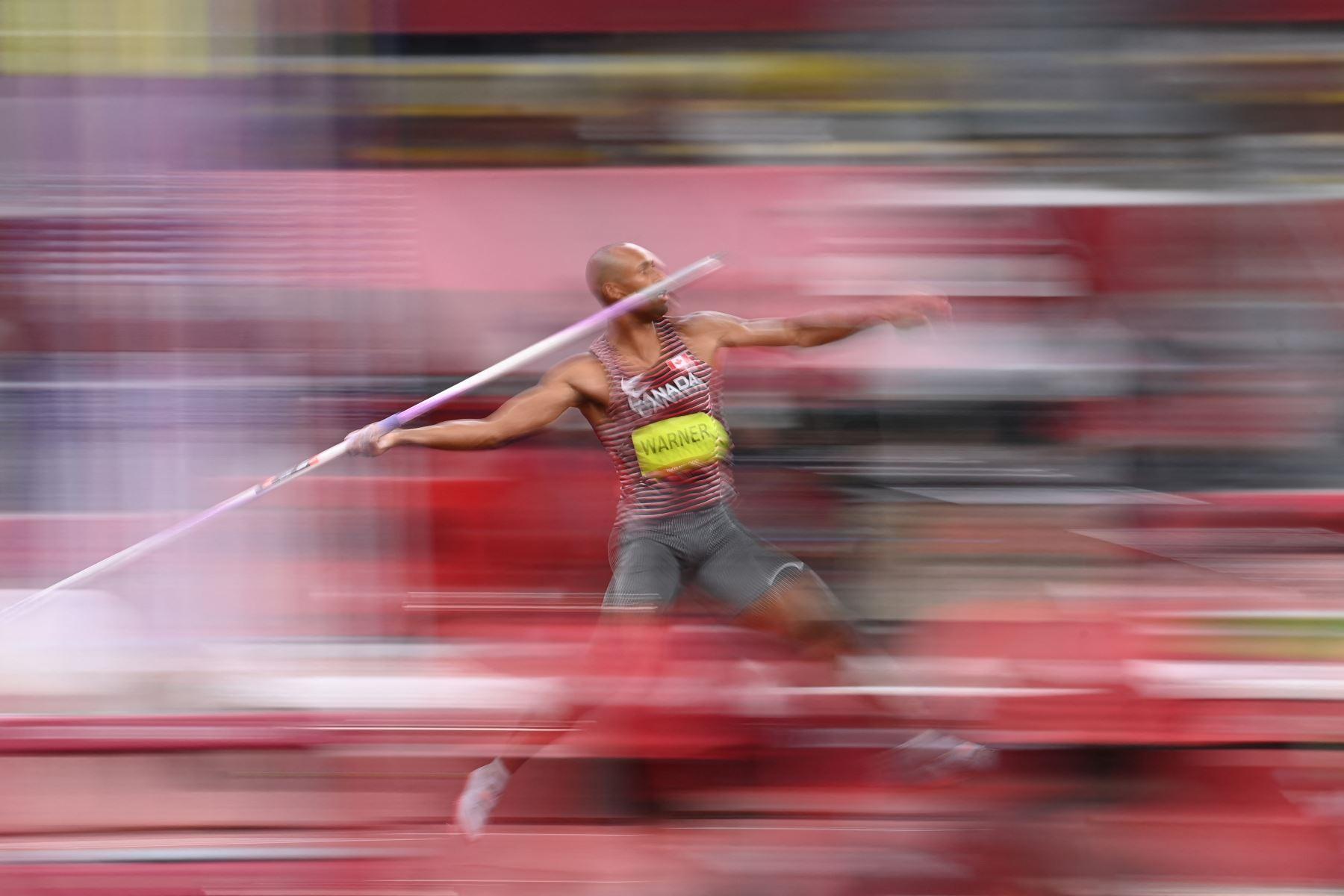 Damian Warner de Canadá compite en el lanzamiento de jabalina de decatlón masculino durante los Juegos Olímpicos de Tokio 2020 en el Estadio Olímpico de Tokio. Foto:AFP