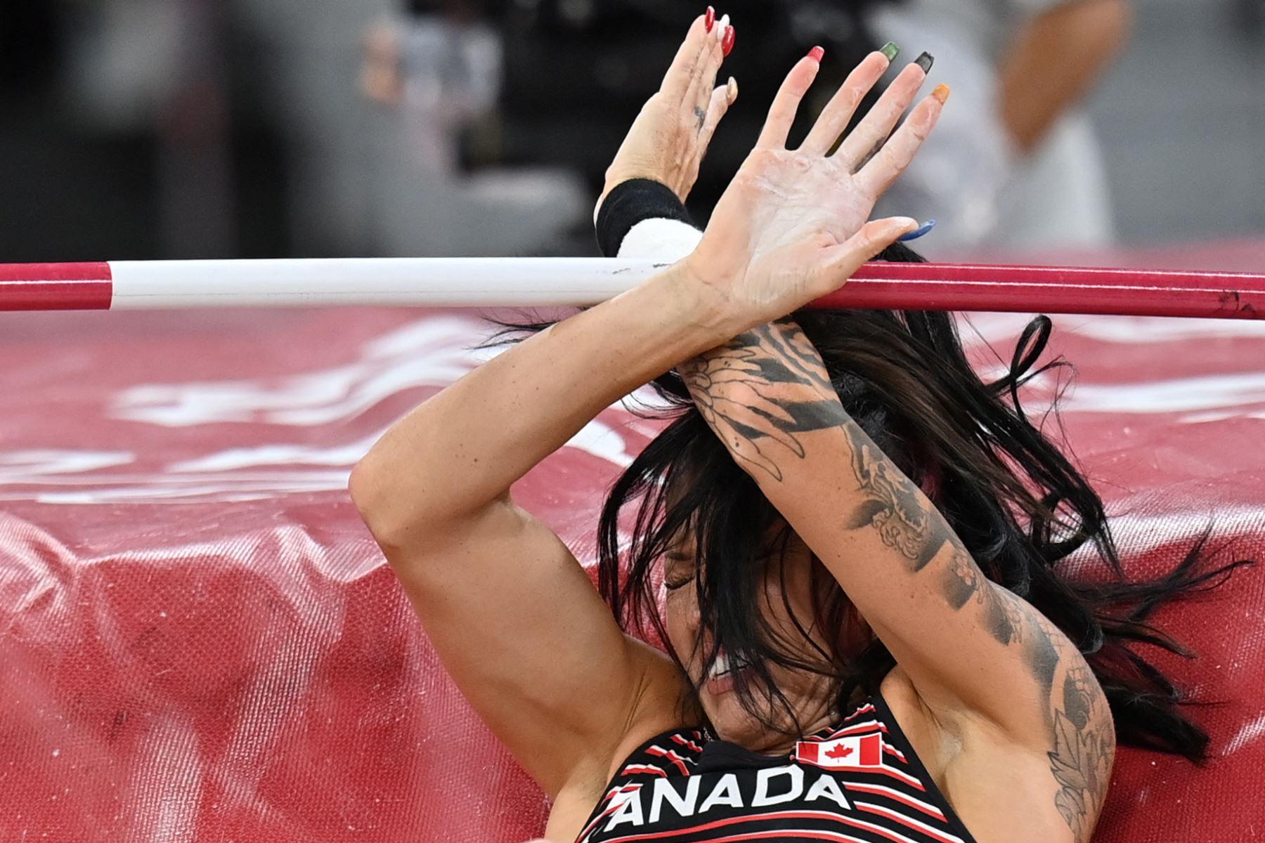 La canadiense Anicka Newell compite en la final de salto con pértiga femenino durante los Juegos Olímpicos de Tokio 2020 en el Estadio Olímpico de Tokio .Foto:AFP