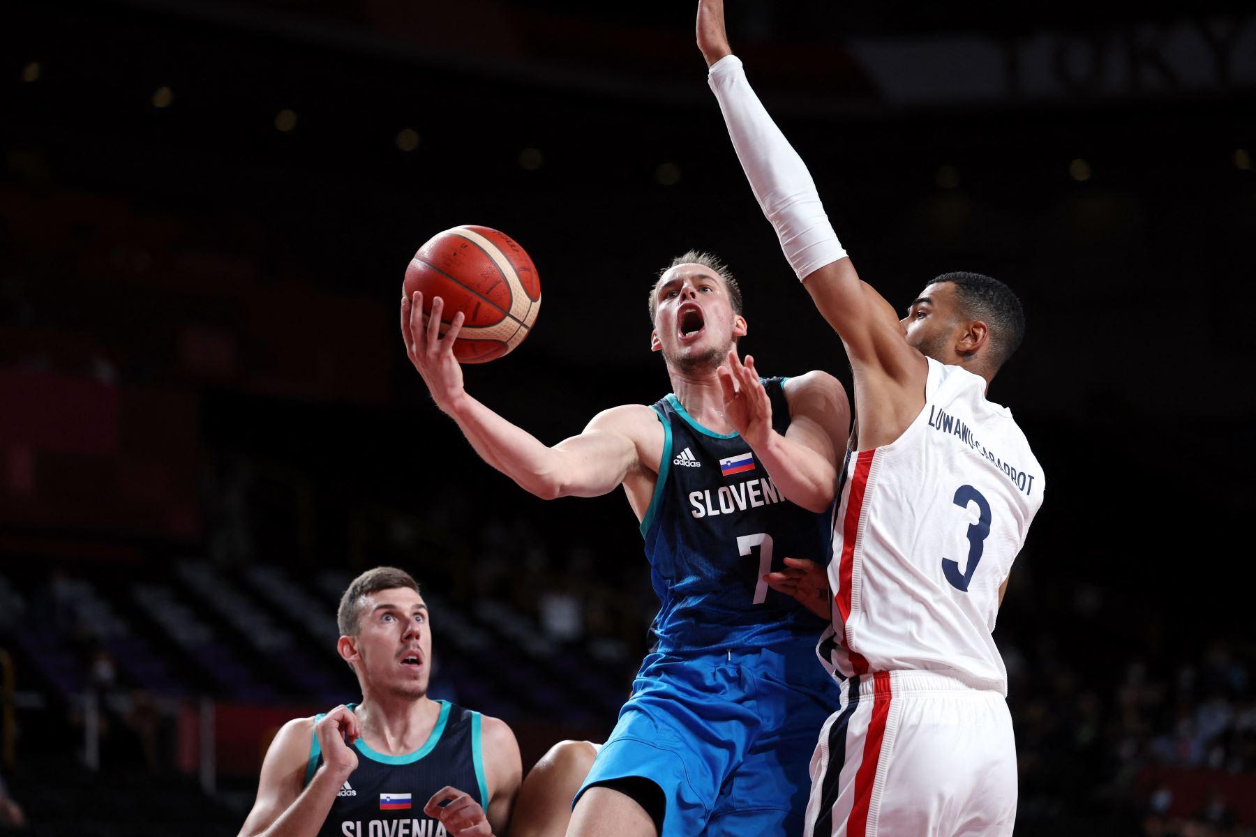 Klemen Prepelic  de Eslovenia va a la canasta y supera al francés Timothe Luwawu 3ongbo, en el partido de baloncesto de semifinales masculinos entre Francia y Eslovenia durante los Juegos Olímpicos de Tokio 2020. Foto: AFP