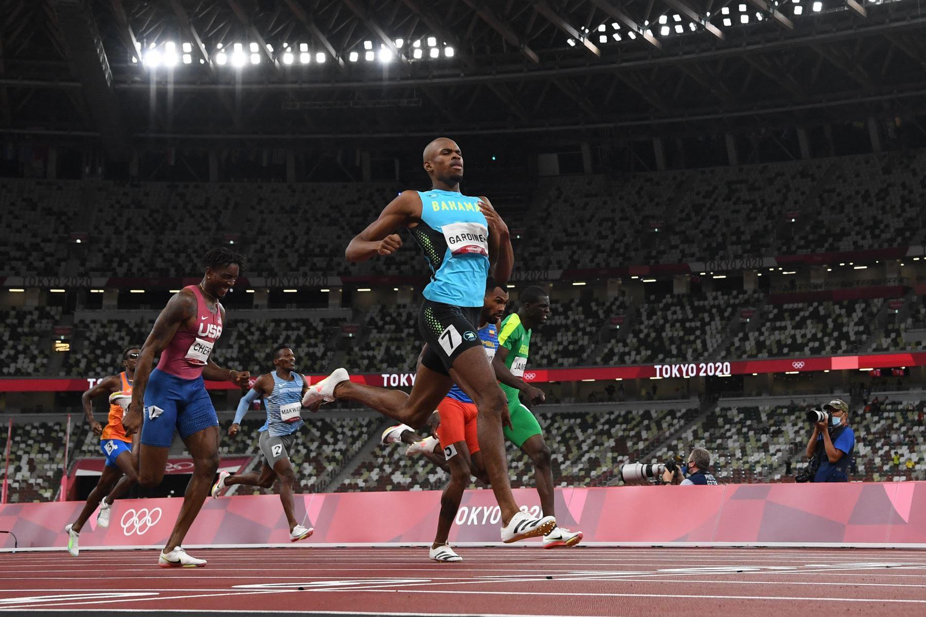Steven Gardiner de Bahamas cruza la línea de meta para ganar la final masculina de 400 metros durante los Juegos Olímpicos de Tokio 2020 en el Estadio Olímpico de Tokio.Foto: AFP
