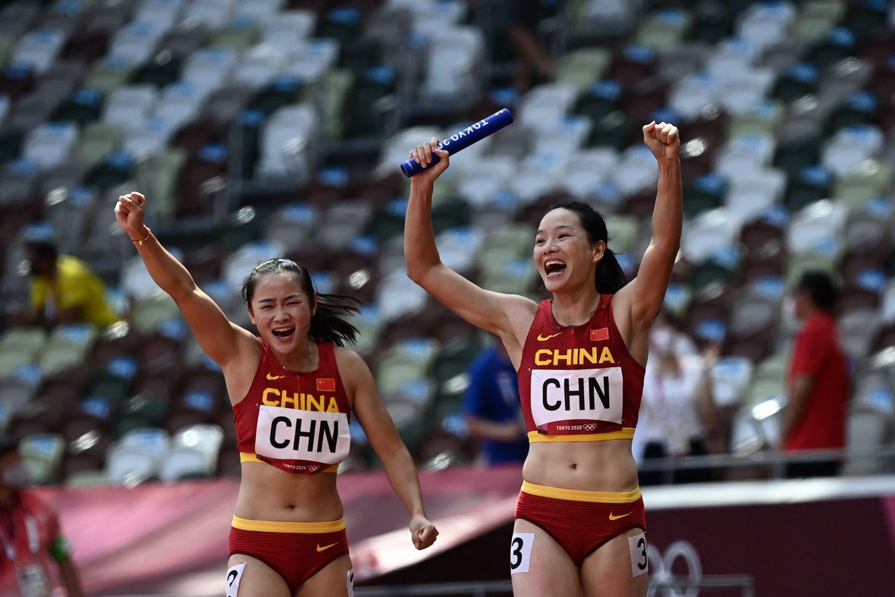Wei Yongli  de China reacciona después de las eliminatorias de relevos 4x100m femeninos durante los Juegos Olímpicos de Tokio 2020 en el Estadio Olímpico de Tokio .Foto: AFP