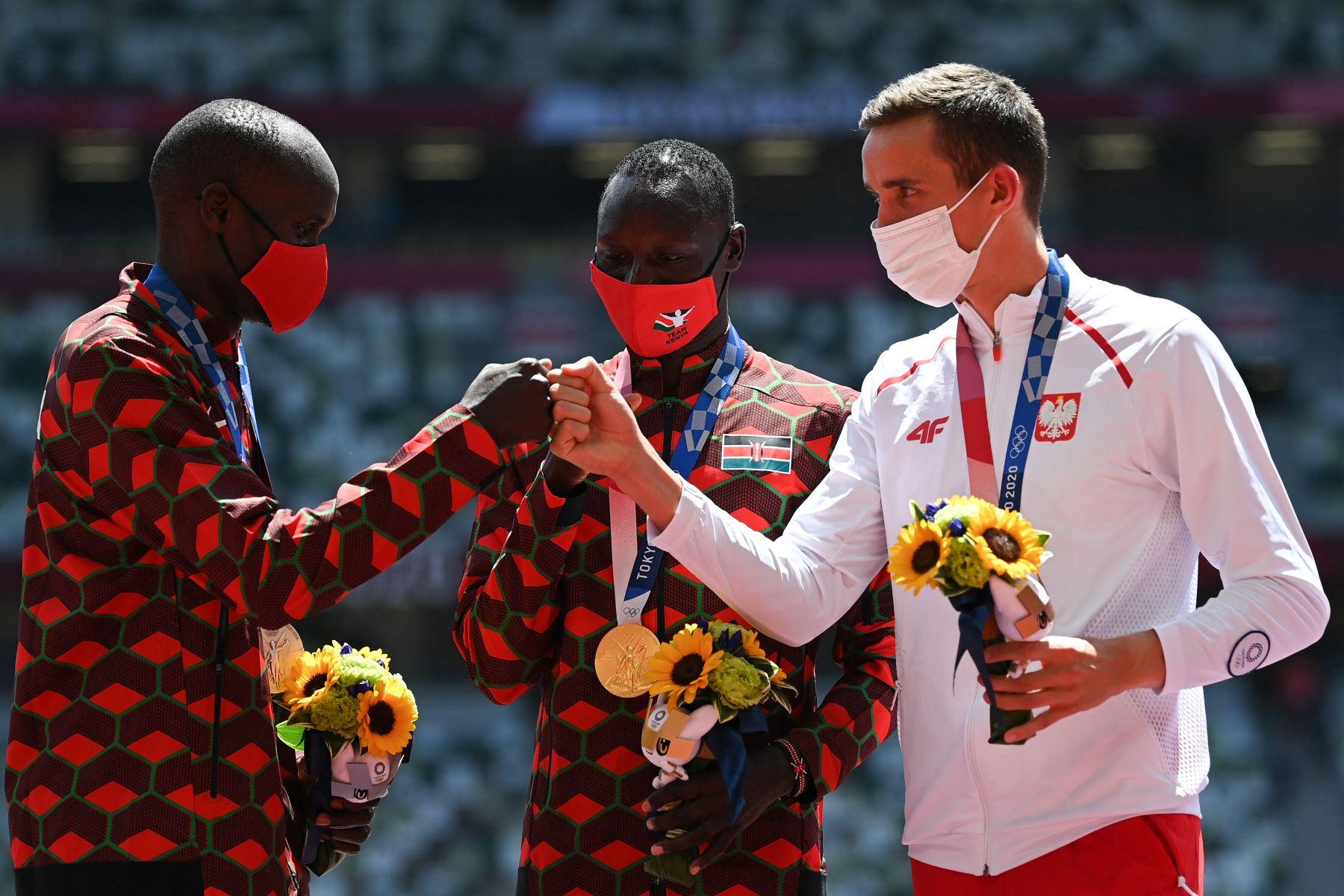 Ferguson Cheruiyot Rotich de Kenia, segundo clasificado, Emmanuel Kipkurui Korir de Kenia, primer clasificado, y Patryk Dobek, de Polonia, tercero, celebran en el podio después de competir en el evento masculino de 800 metros durante los Juegos Olímpicos de Tokio 2020.Foto:AFP
