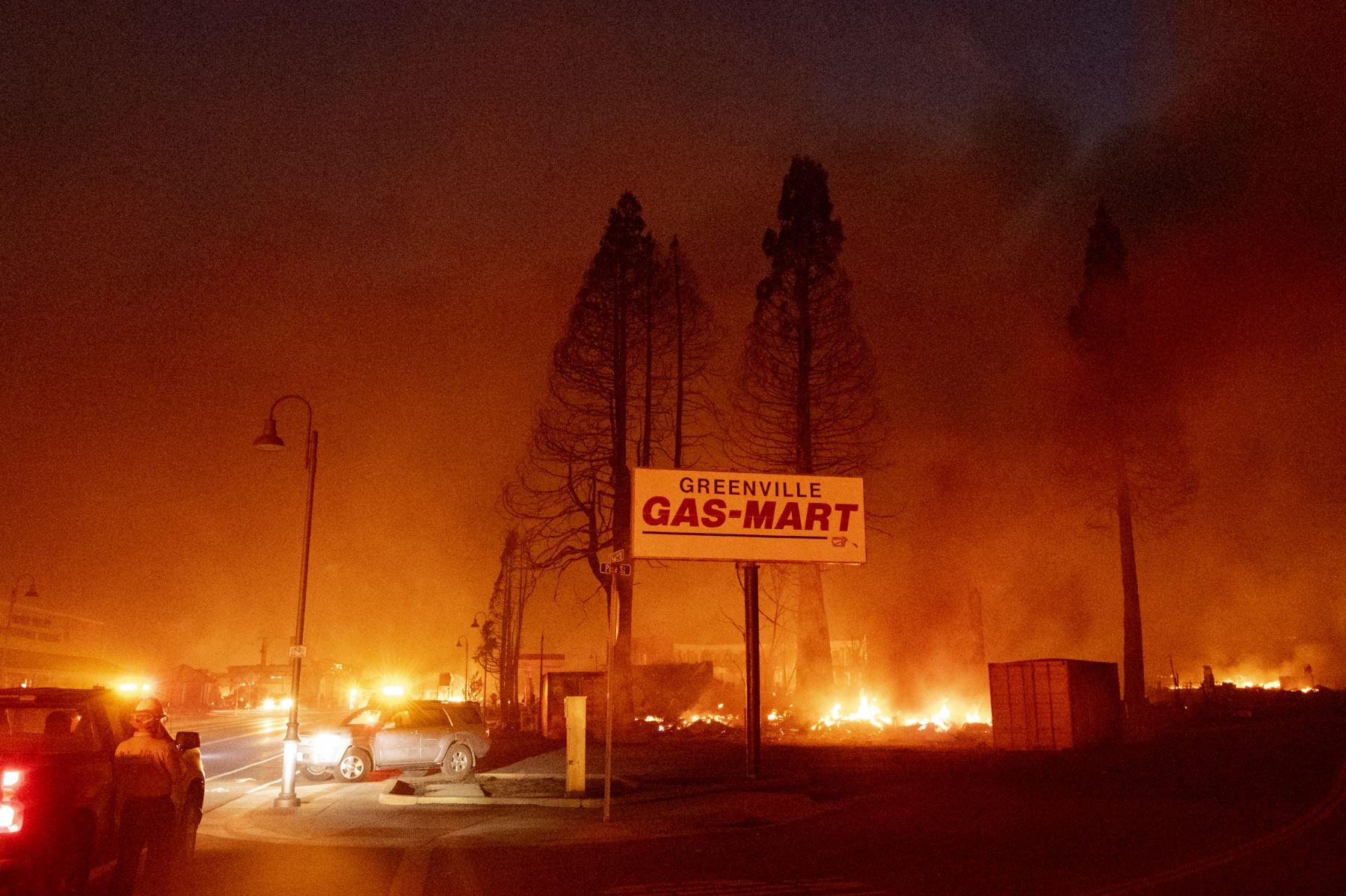 El centro de la ciudad se quema durante el incendio de Dixie en Greenville, California. El incendio de Dixie arrasó decenas de hogares y negocios en el centro de Greenville y continúa avanzando hacia otras comunidades residenciales. Foto:AFP