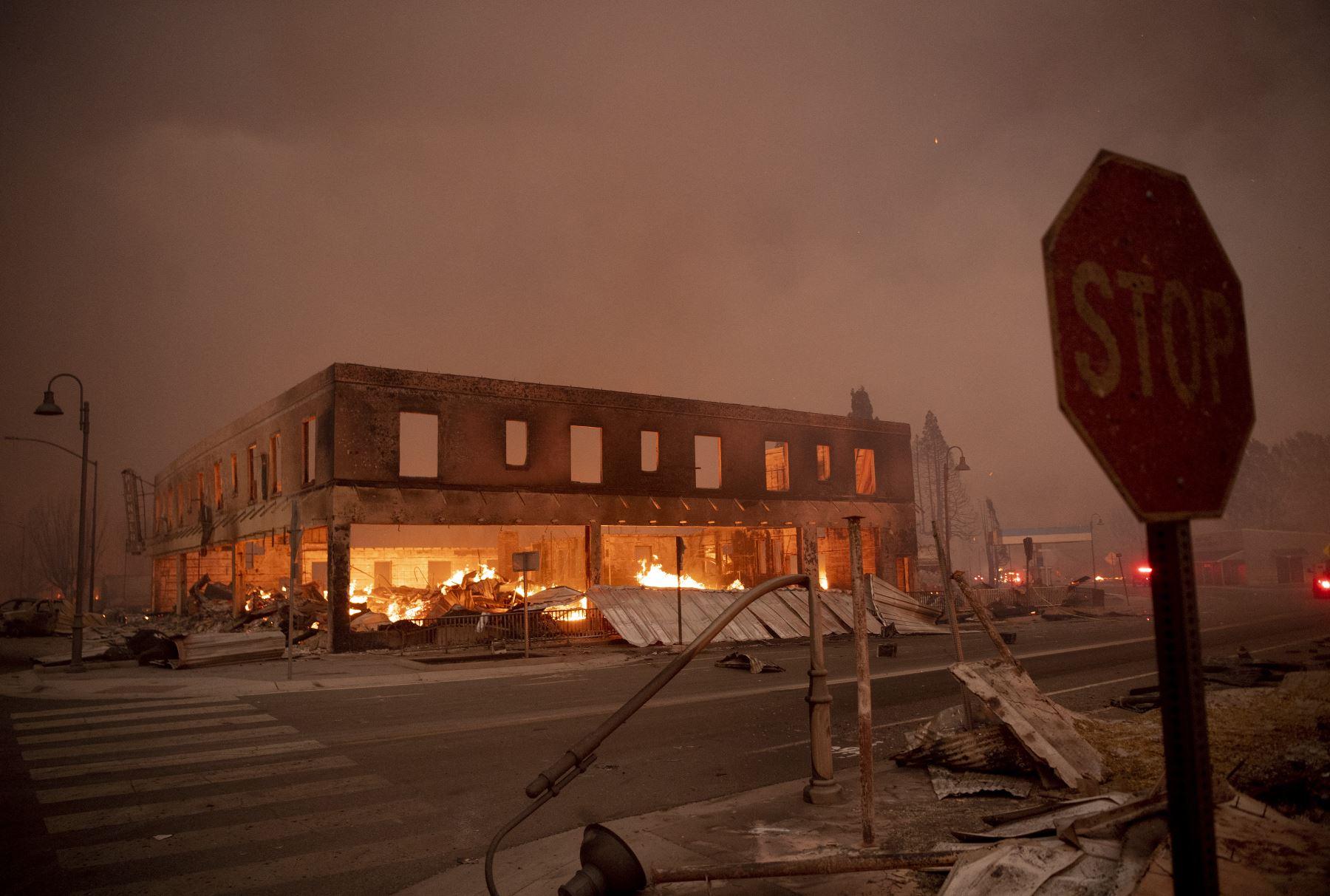 Los edificios arden mientras el Dixifire arrasa el centro de Greenville, California, el 4 de agosto de 2021. El incendio de Dixie arrasó decenas de hogares y negocios en el centro de Greenville. Foto: AFP