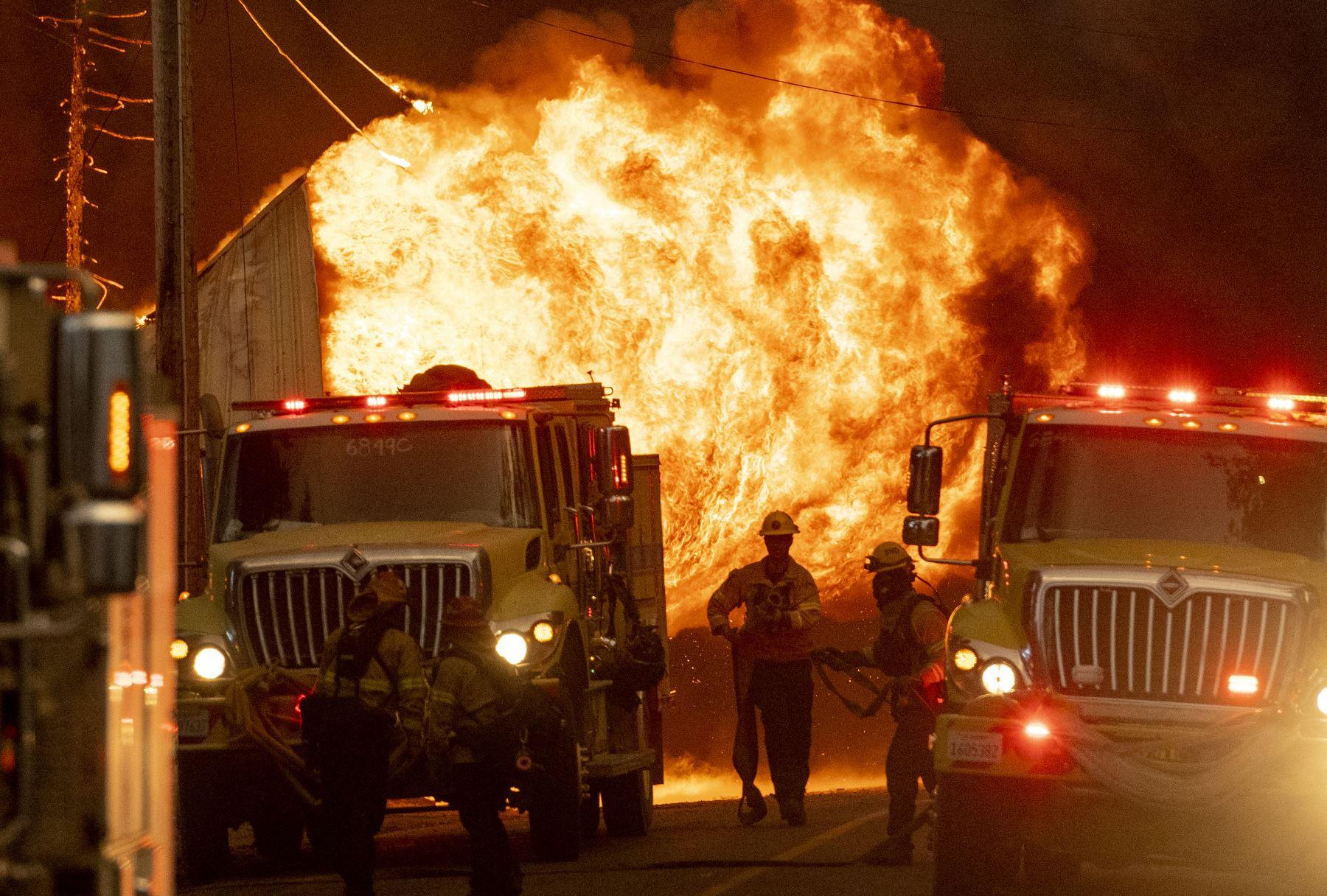 Bomberos trabajan, mientras una casa está envuelta en llamas en Greenville, California. Foto: AFP