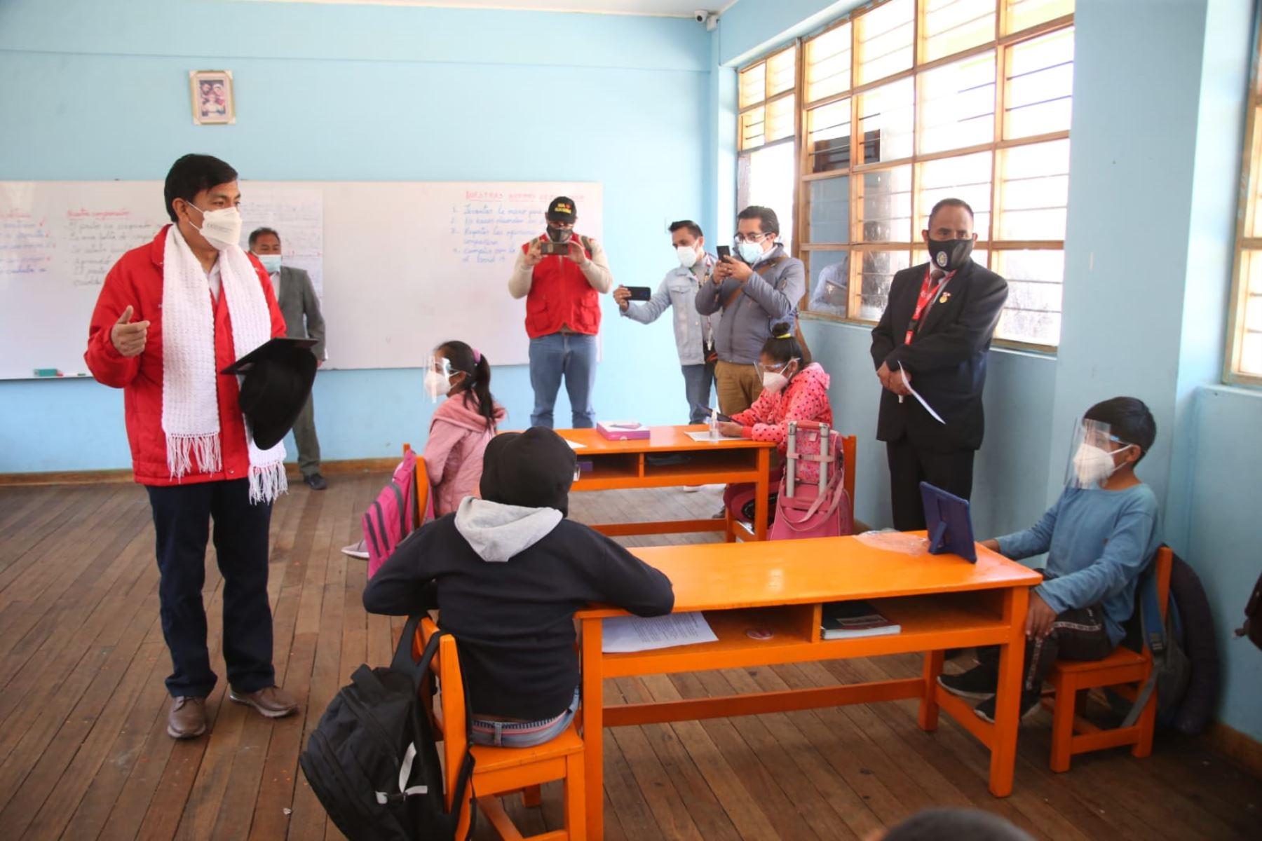 El ministro de Educación, Juan Cadillo, supervisó retorno a las aulas en instituciones educativas del distrito de Vinchos. Foto: ANDINA/Difusión