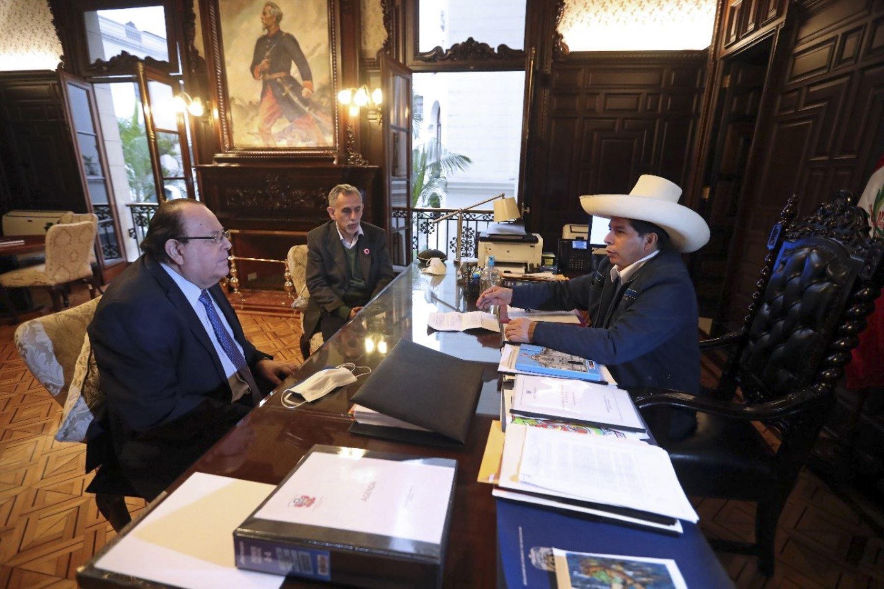 Ministro de Economía Pedro Francke saluda ratificación de Julio Velarde en el BCR