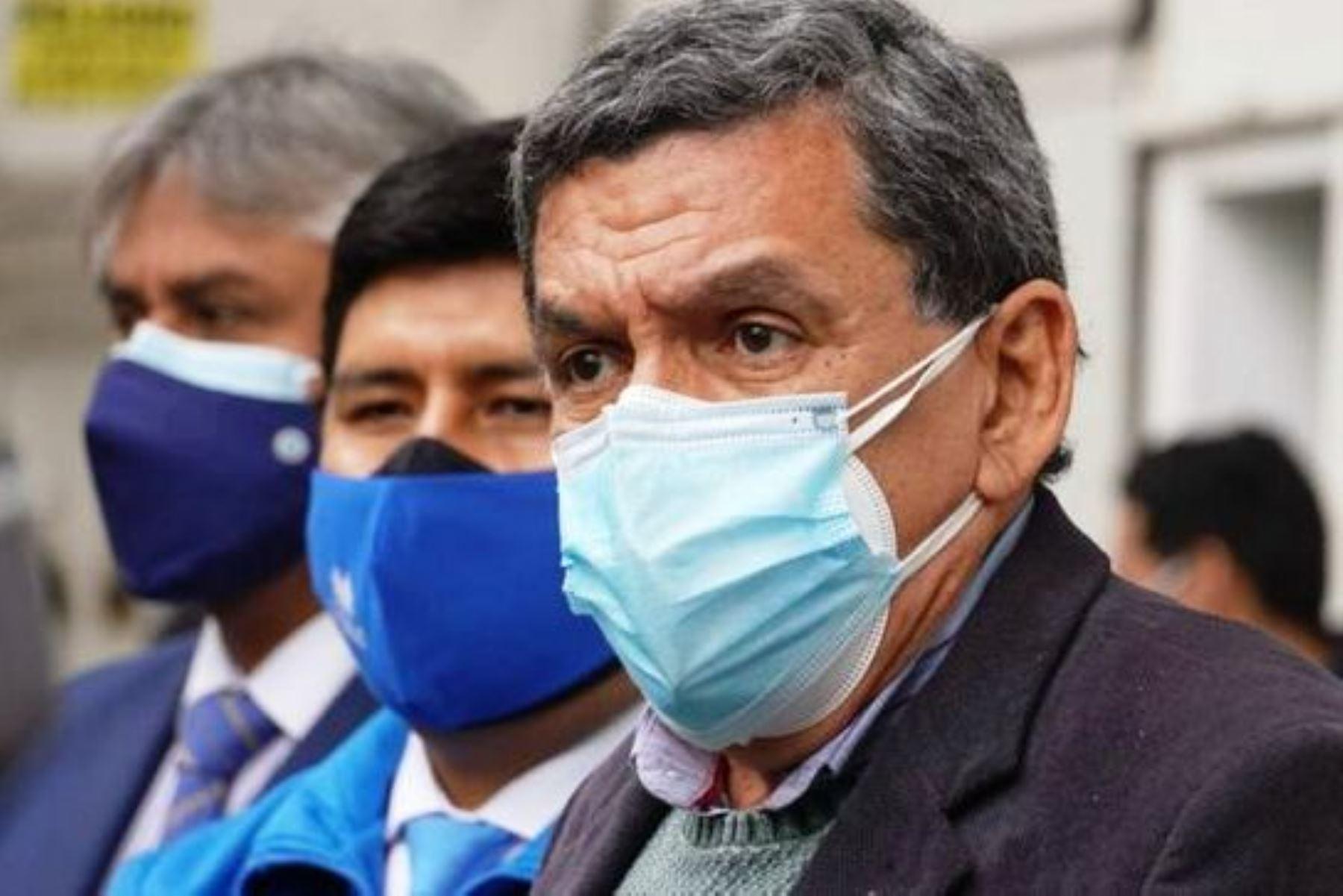 El ministro de Salud, Hernando Cevallos, declara a la prensa tras supervisar la llegada de las dosis de la vacuna de Sinopharm a la sede del Cenares. Foto: ANDINA/Difusión.