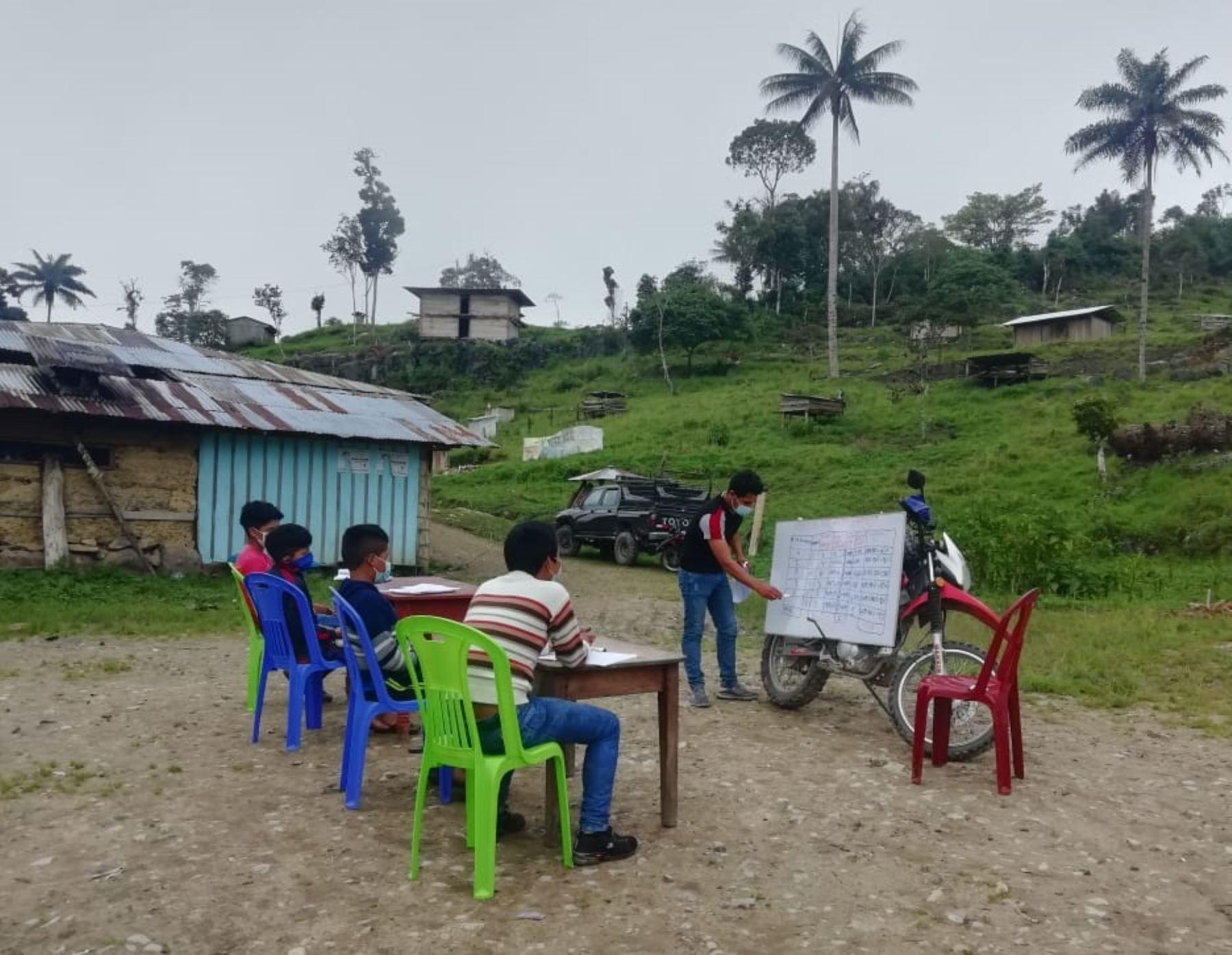 Conoce a Neyber Terrones Díaz, el joven talento estudiante de la Universidad de San Marcos, natural de Amazonas, que viaja en moto para enseñar a niños de comunidades alejadas de esa región. ANDINA/Difusión