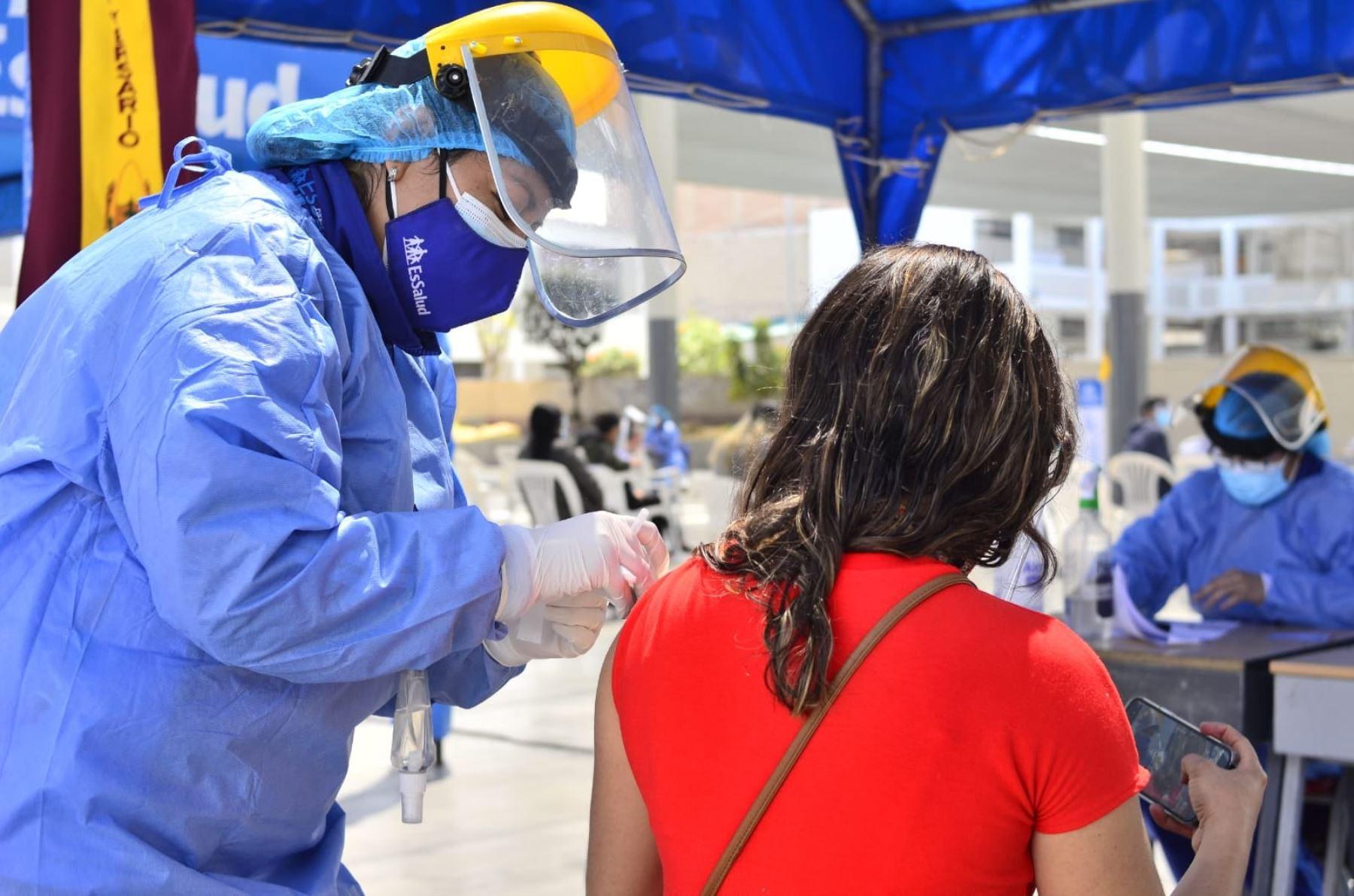 Región Moquegua ha vacunado contra el covid-19 a más de 50 ciudadanos con segunda dosis.