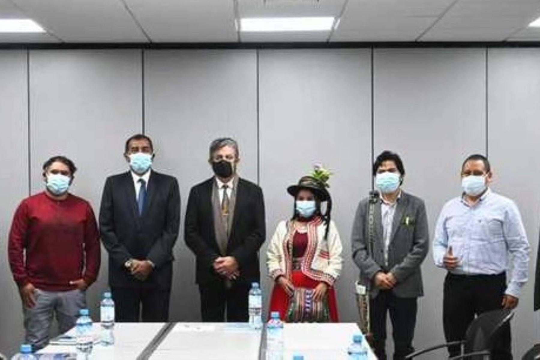 Ministro de Energía y Minas, Iván Merino se reunió con representantes de la localidad de Corire de Moquegua. Foto: Cortesía.