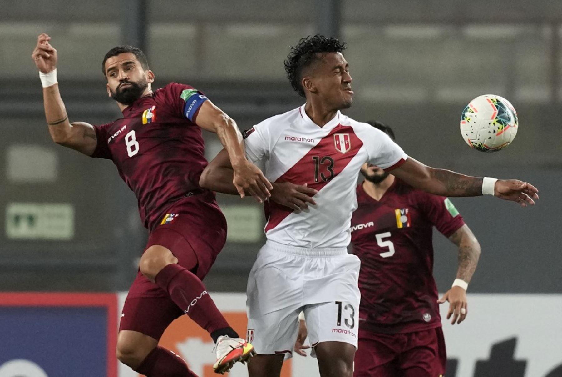 Renato Tapia lucha el balón en el partido entre la selección peruana y Venezuela por la sexta jornada de las eliminatorias al Mundial Catar 2022, que se juega en el Estadio Nacional