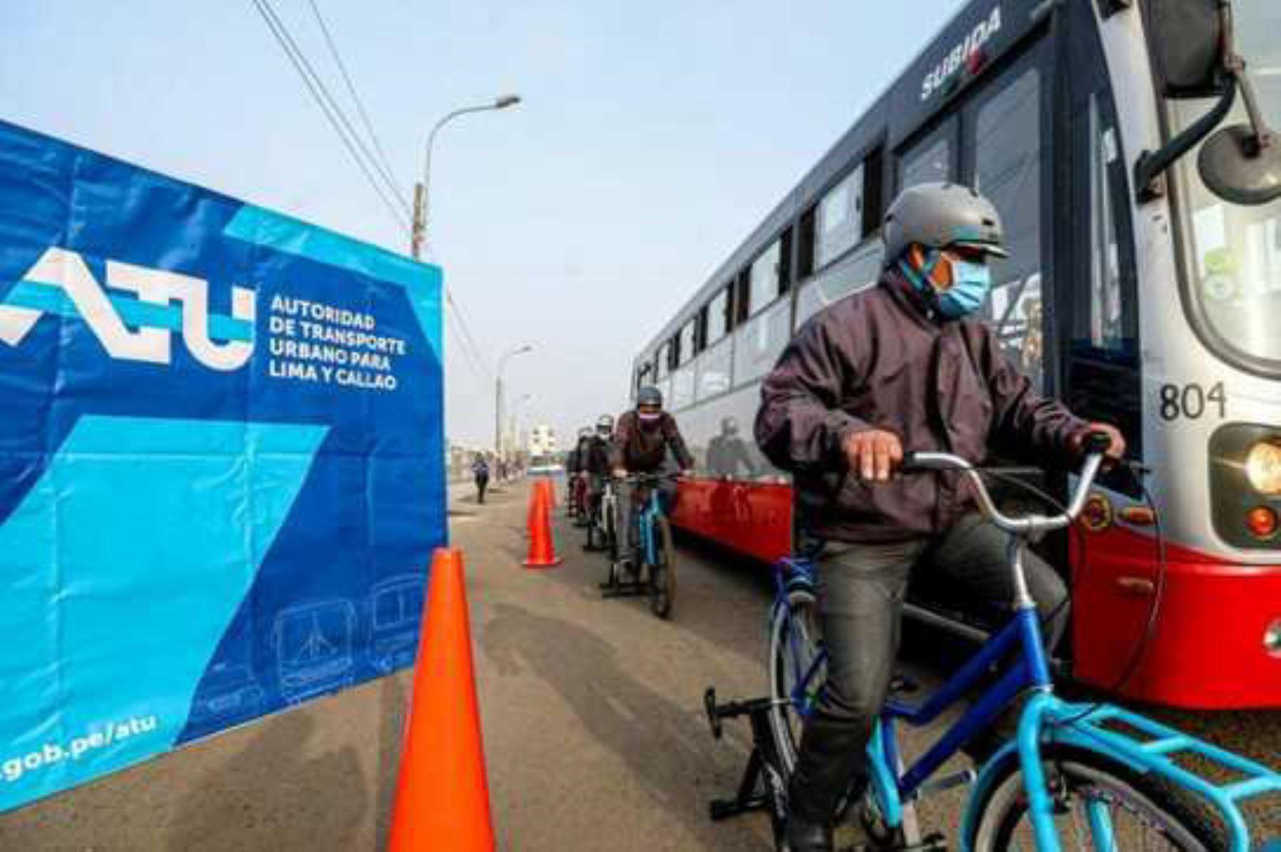 Los ciclistas y vehículos menores también deben mantener la distancia, para evitar los puntos ciegos que impiden a los choferes de los vehículos grandes ubicarlos a través del espejo. ANDINA/ ATU