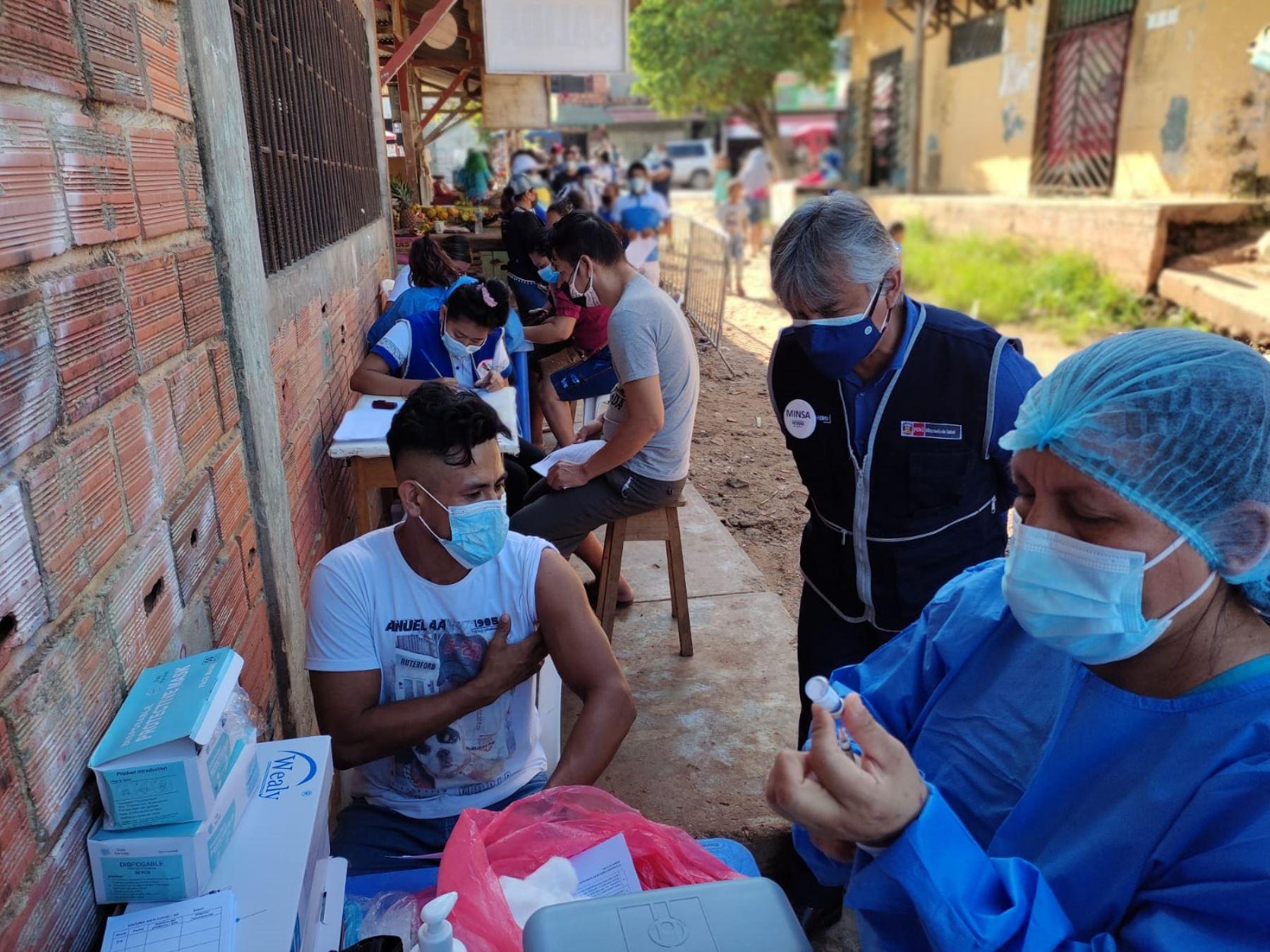 Vceministro de Prestaciones y Aseguramiento en Salud del Ministerio de Salud (Minsa), Bernardo Ostos Jara, supervisa vacunación en la ciudad de Pucallpa (Ucayali).