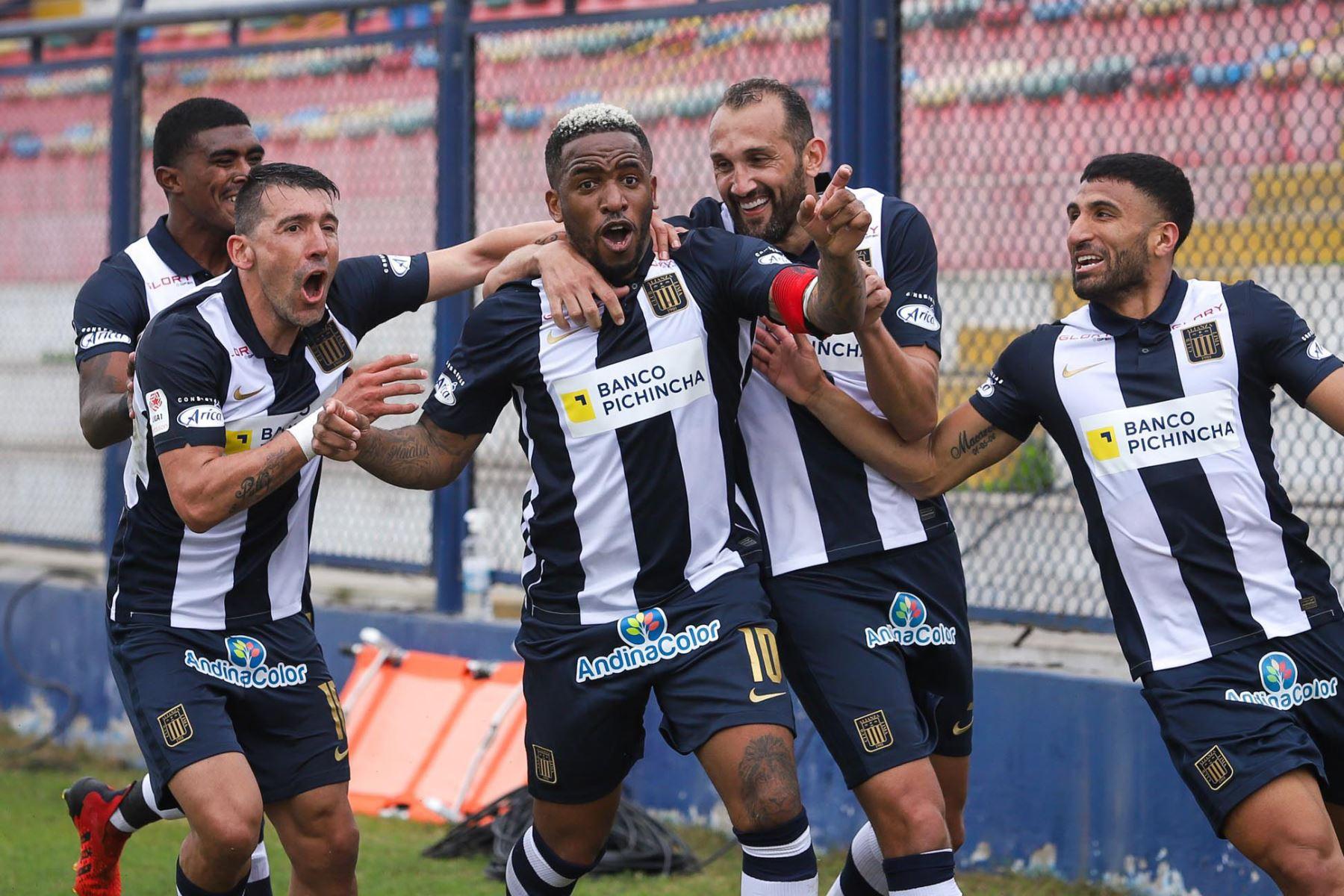 Jefferson Farfán marca el 3-2 para Alianza Lima ante Binacional durante partido por la décima jornada de la Liga 1, en el estadio Iván Elías Moreno. Foto: Liga 1