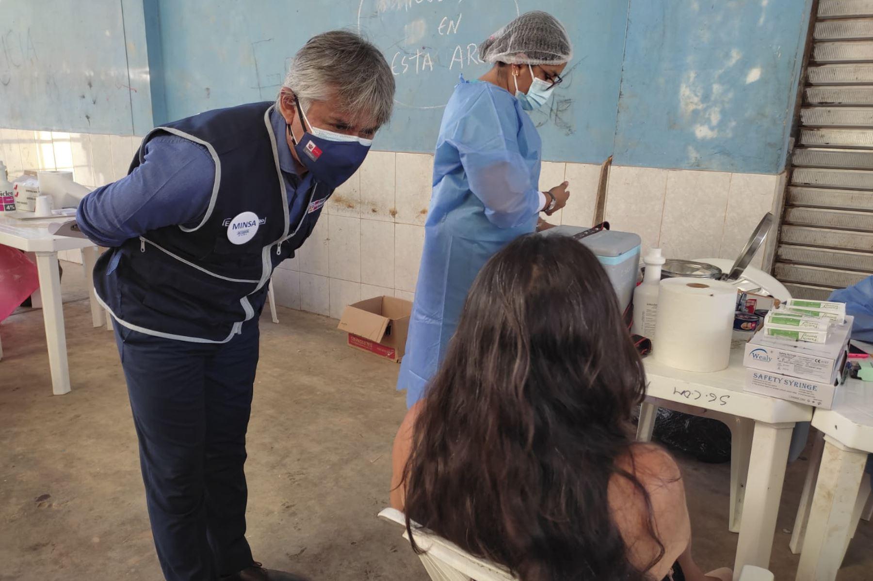 El Ministerio de Salud realiza una jornada de vacunación en los principales mercados de Pucallpa bajo la supervisión del viceministro de Prestaciones y Aseguramiento en Salud del Minsa, Bernardo Ostos Jara. Este domingo se tiene previsto aplicar 3000 dosis de vacunas contra la covid-19. Foto: Minsa