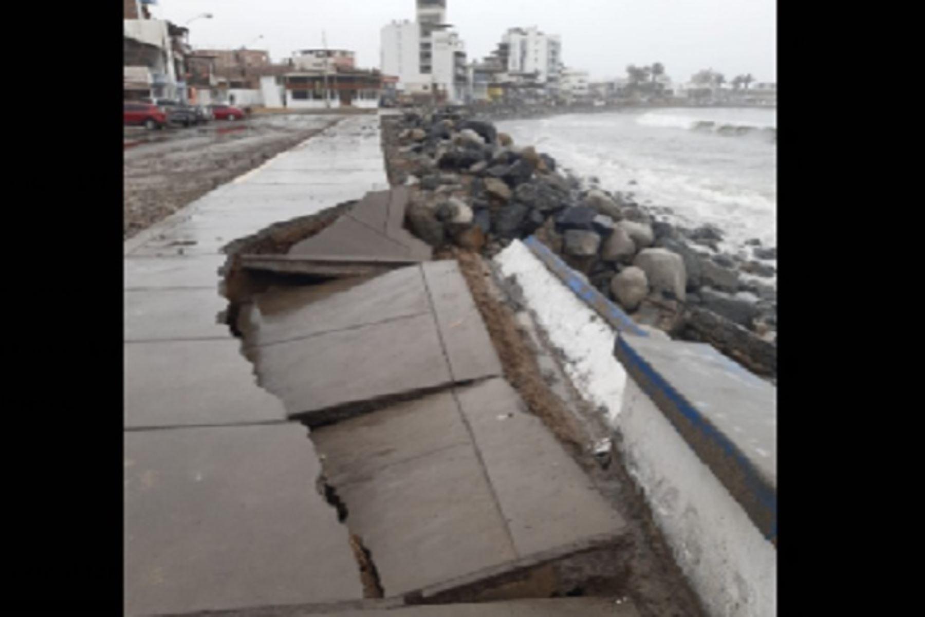 En Huanchaco también se registró un poco de aniego en la avenida principal, que es la Costanera.