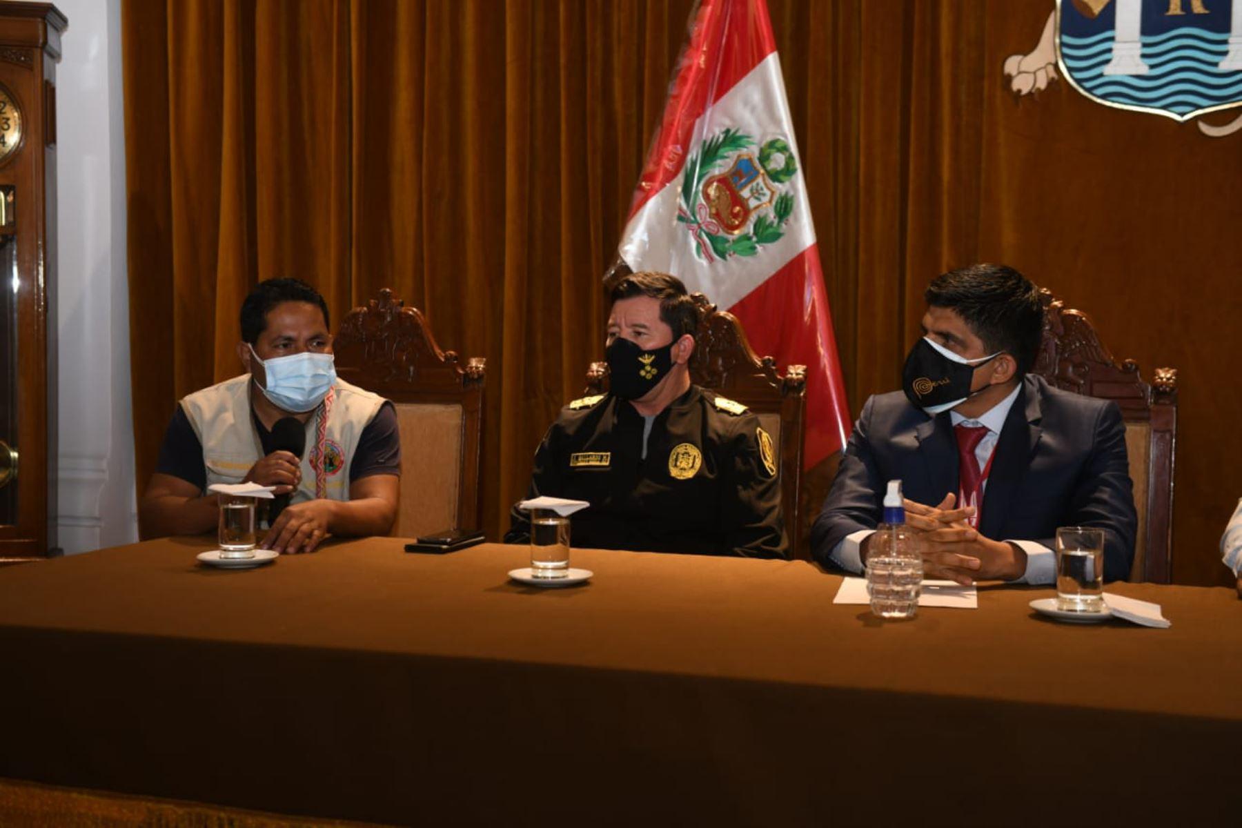 Ministro del Interior, Juan Carrasco, se reúne con representantes de las rondas campesinas de la región La Libertad, a fin de escuchar sus inquietudes y propuestas para mejorar su labor en bien de la seguridad ciudadana en su ámbito territorial. Foto: Mininter