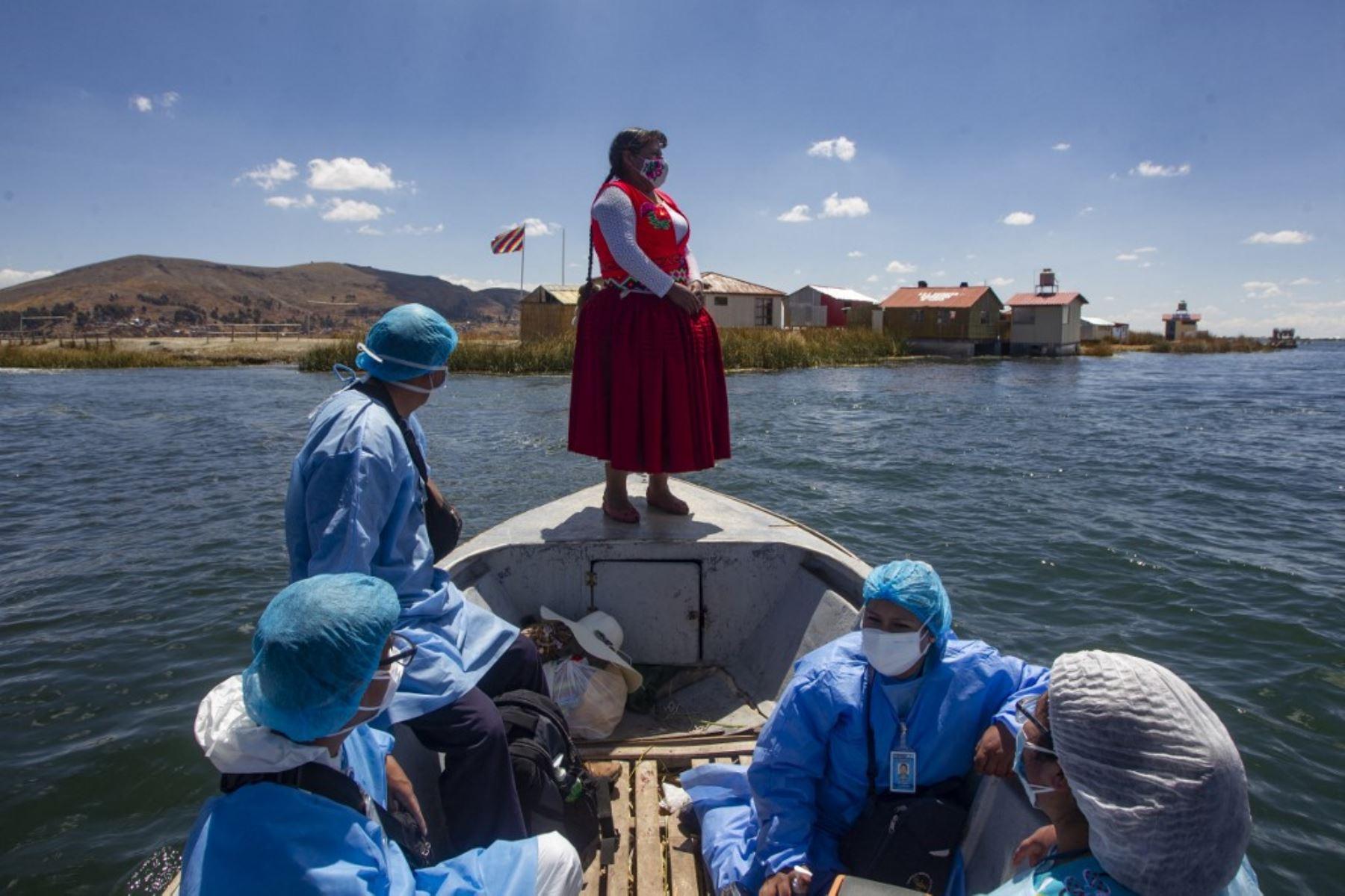 Pobladores de las islas flotantes de Los Uros en el Lago Titicaca, Perú, reciben la vacuna contra la covid-19. Foto: AFP